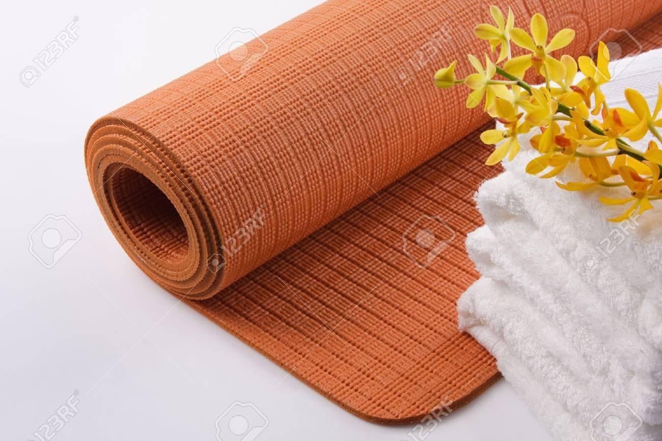 Yoga Mat mit Handtuch und Orchideen Standard-Bild - 15479176