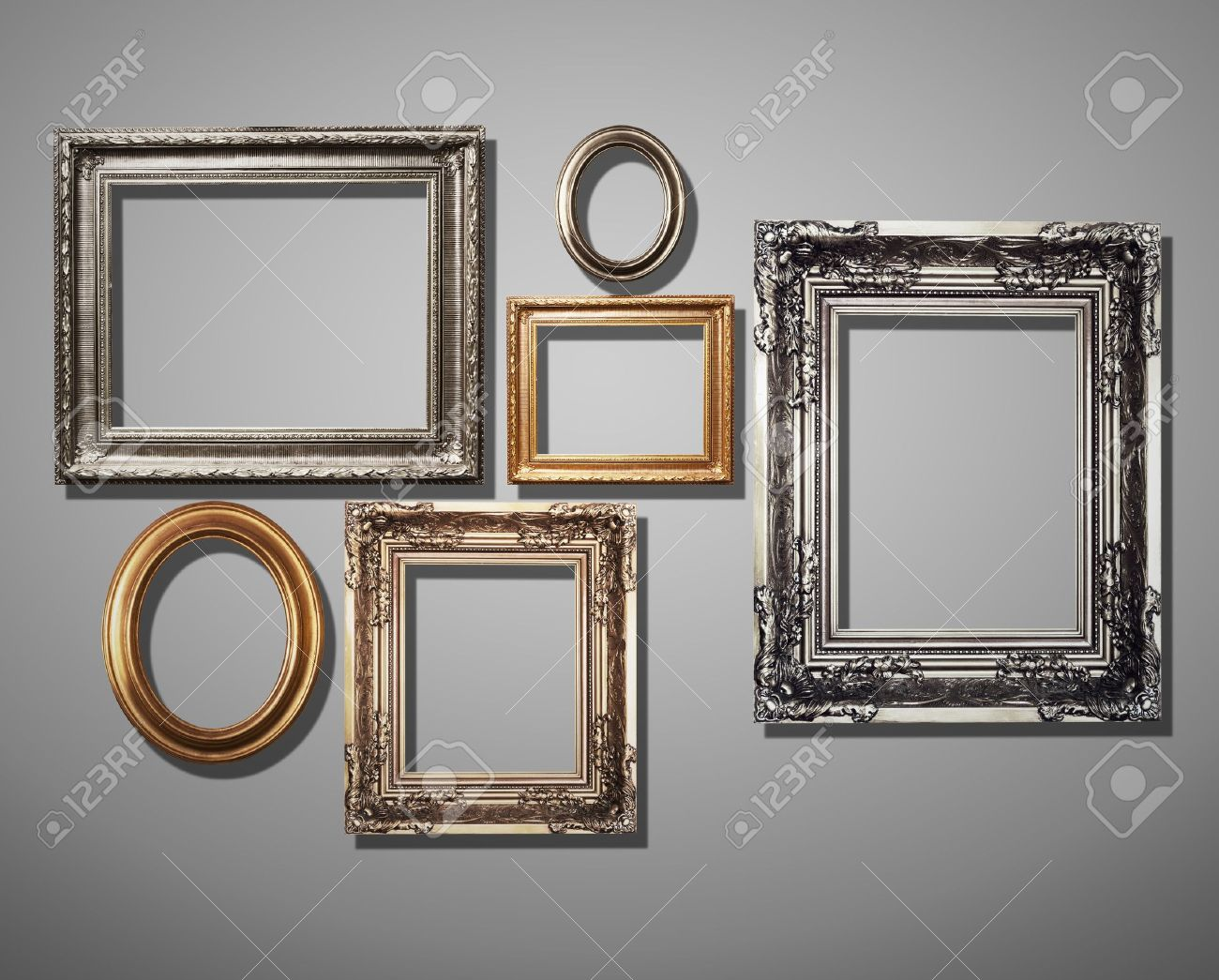 Frames auf graue Wand dekoriert. Standard-Bild - 20144003