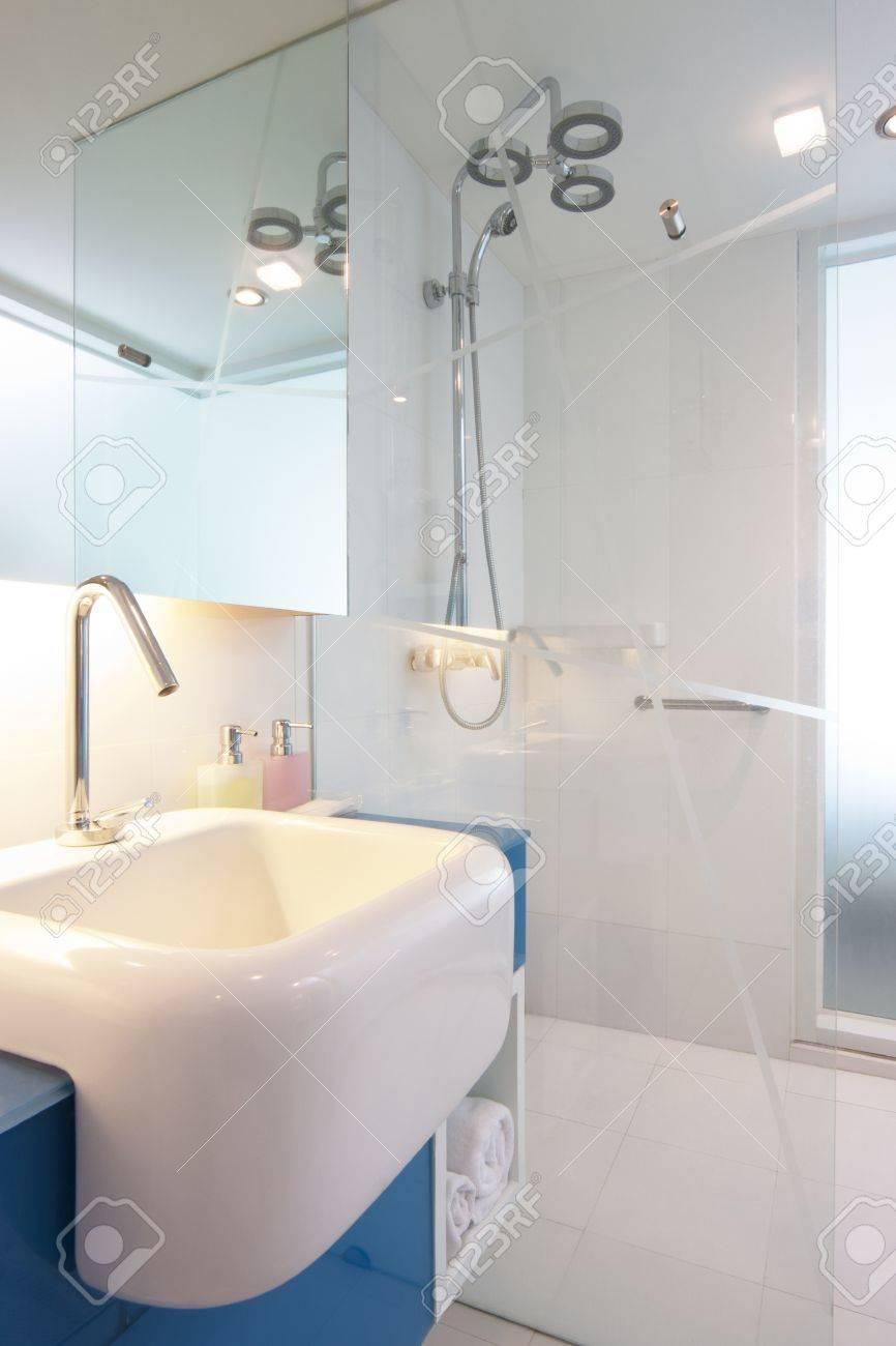 white sink on blue counter in bathroom Standard-Bild - 20143924