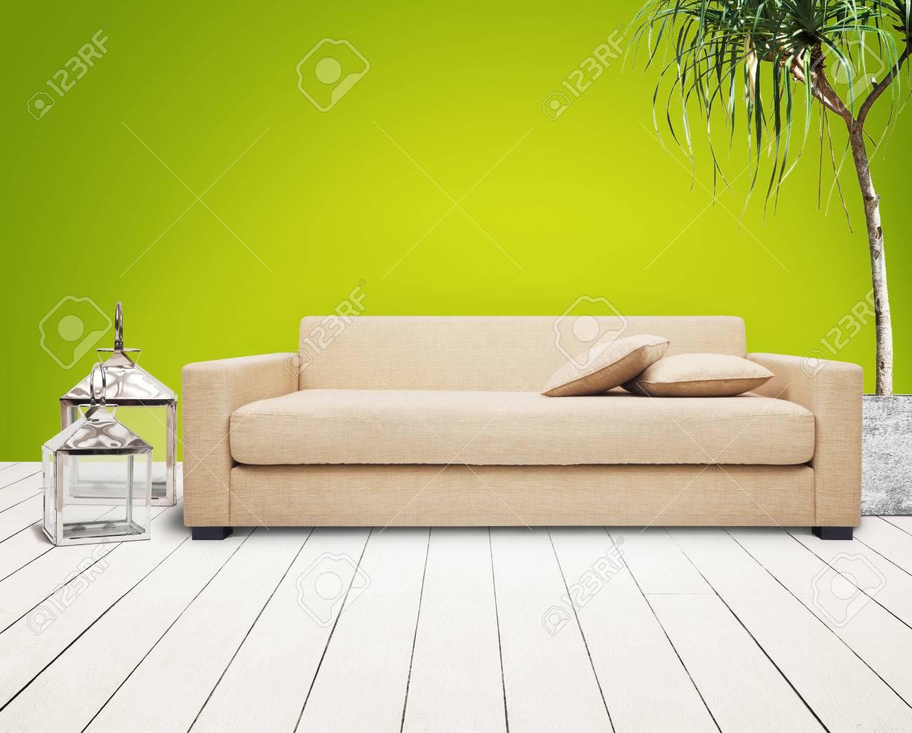 Braune couch in grüne wand raum. lizenzfreie fotos, bilder und ...