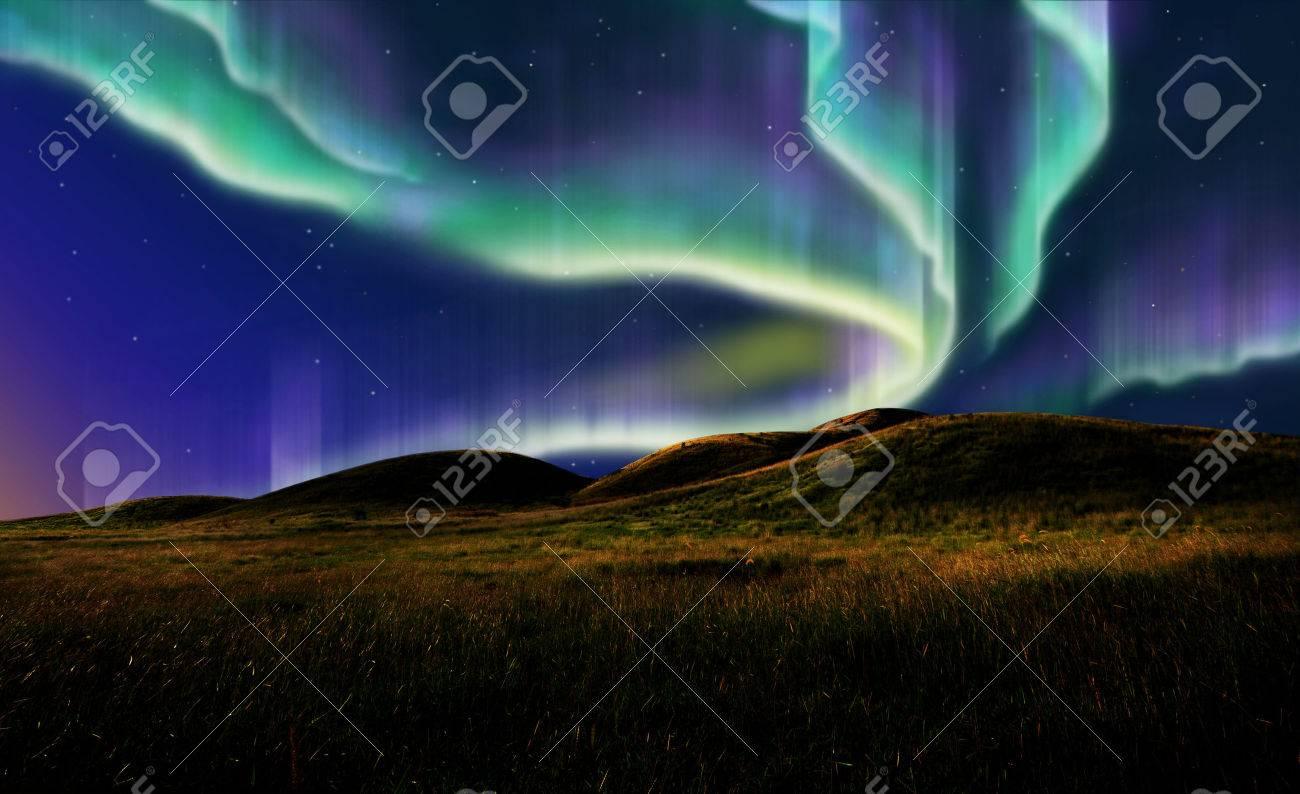Nordlicht auf dem stillen Feld vor Sonnenaufgang. Standard-Bild - 23879433