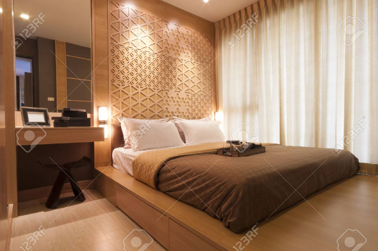 bedroom decorated with wood and warm light. Standard-Bild - 31446749