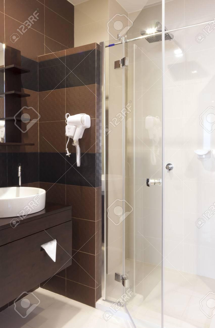 Pequeño Cuarto De Baño De Lujo De Diseño De Interiores. Fotos ...