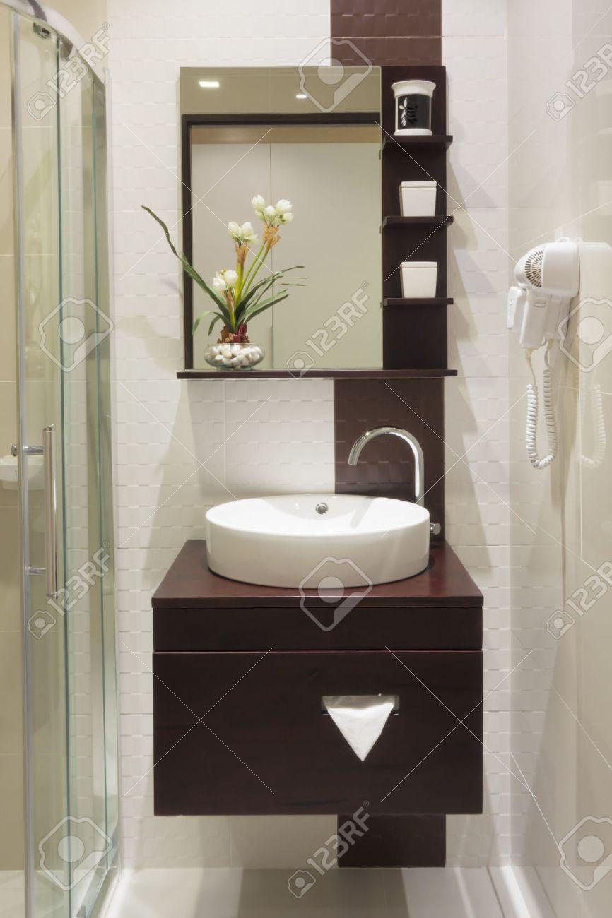 Pequeño cuarto de baño de lujo en el hotel.