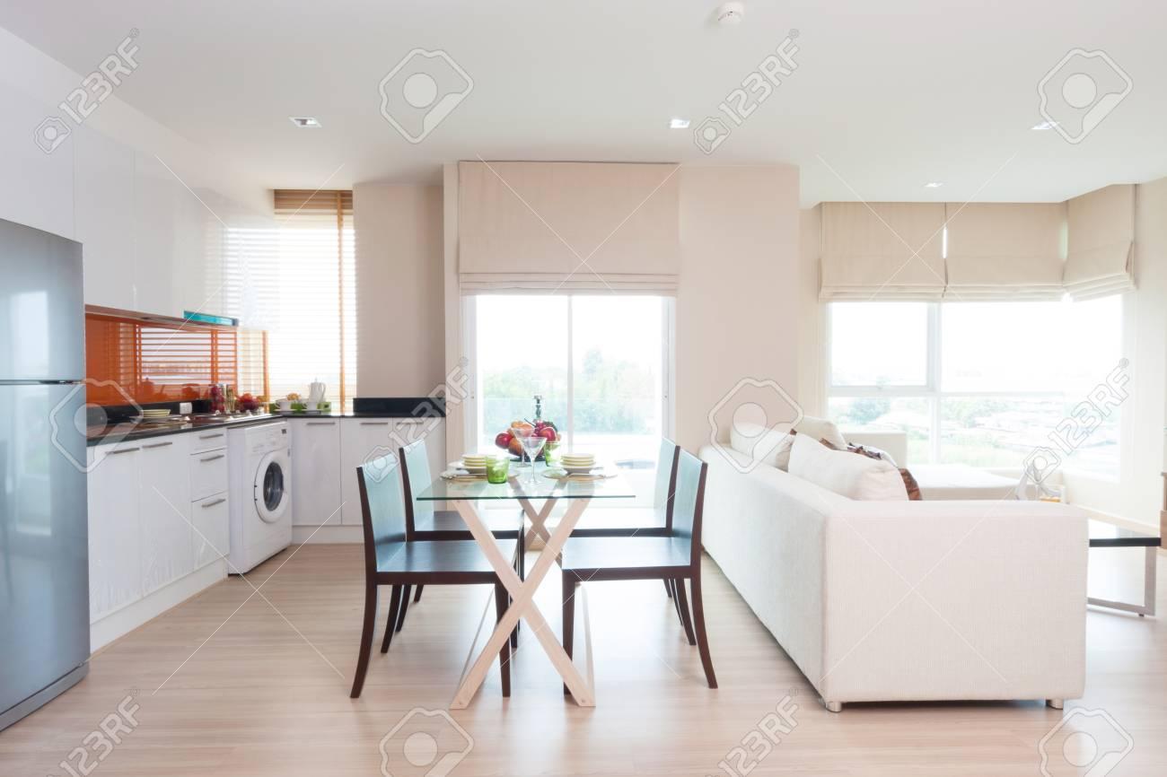 Standard Bild   Wohnzimmer Und Küche Mit Esstisch In Eigentumswohnung.