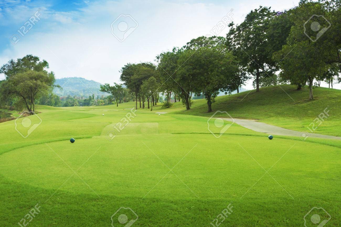 Golfplatz vom Abschlag grün. Standard-Bild - 36166107