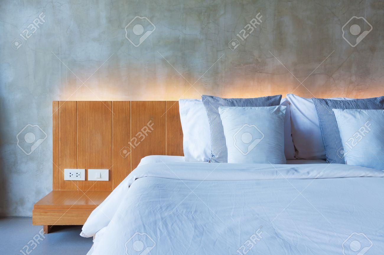 Cimenter style intérieur dans la chambre, lit en bois moderne.