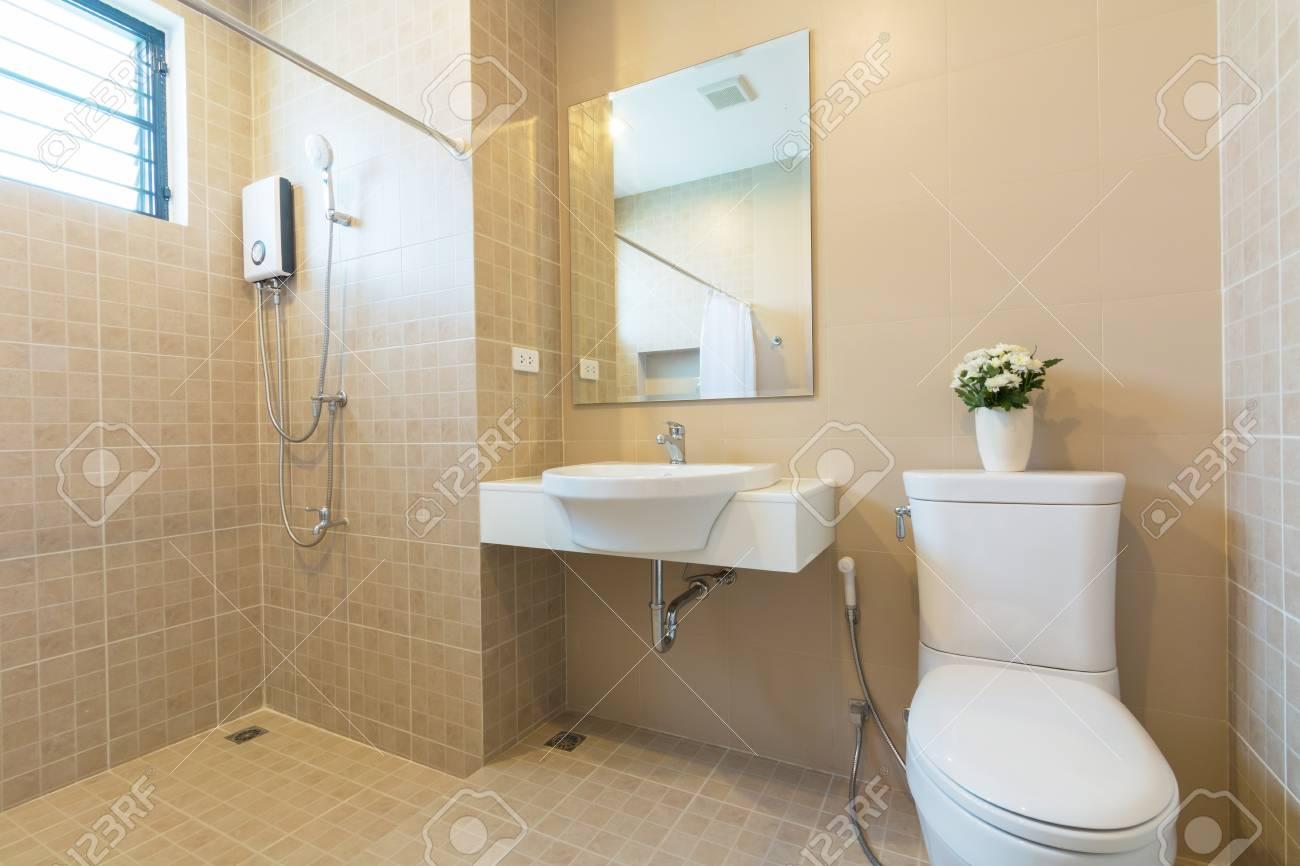 Aseo Y Cuarto De Baño En Un Estilo Sencillo. Fotos, Retratos ...