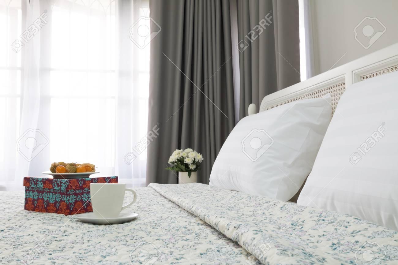 Camera da letto contemporanea e classica con tazza da tè e uva spina di  cape.