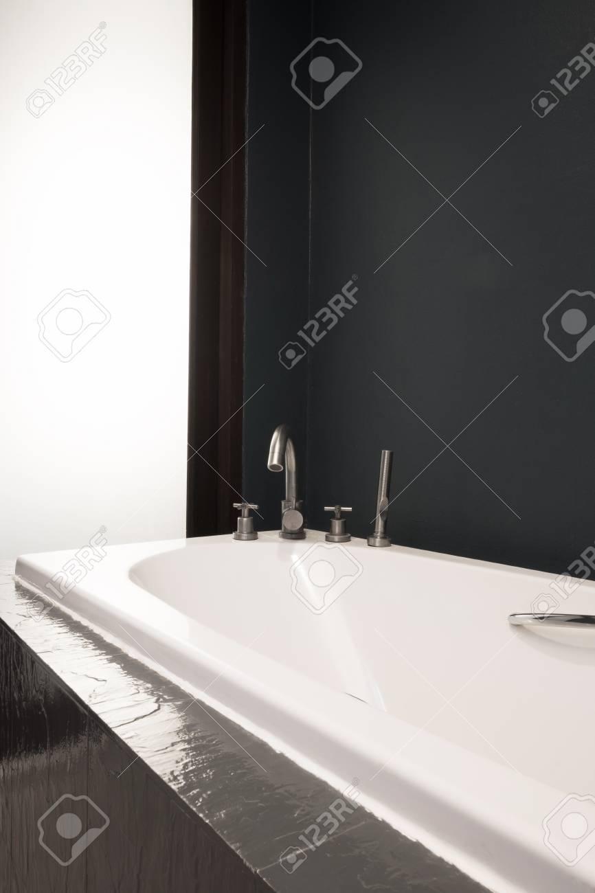 Farbe Im Badezimmer   Dunkle Farbe Badezimmer Und Weisse Badewanne Lizenzfreie Fotos