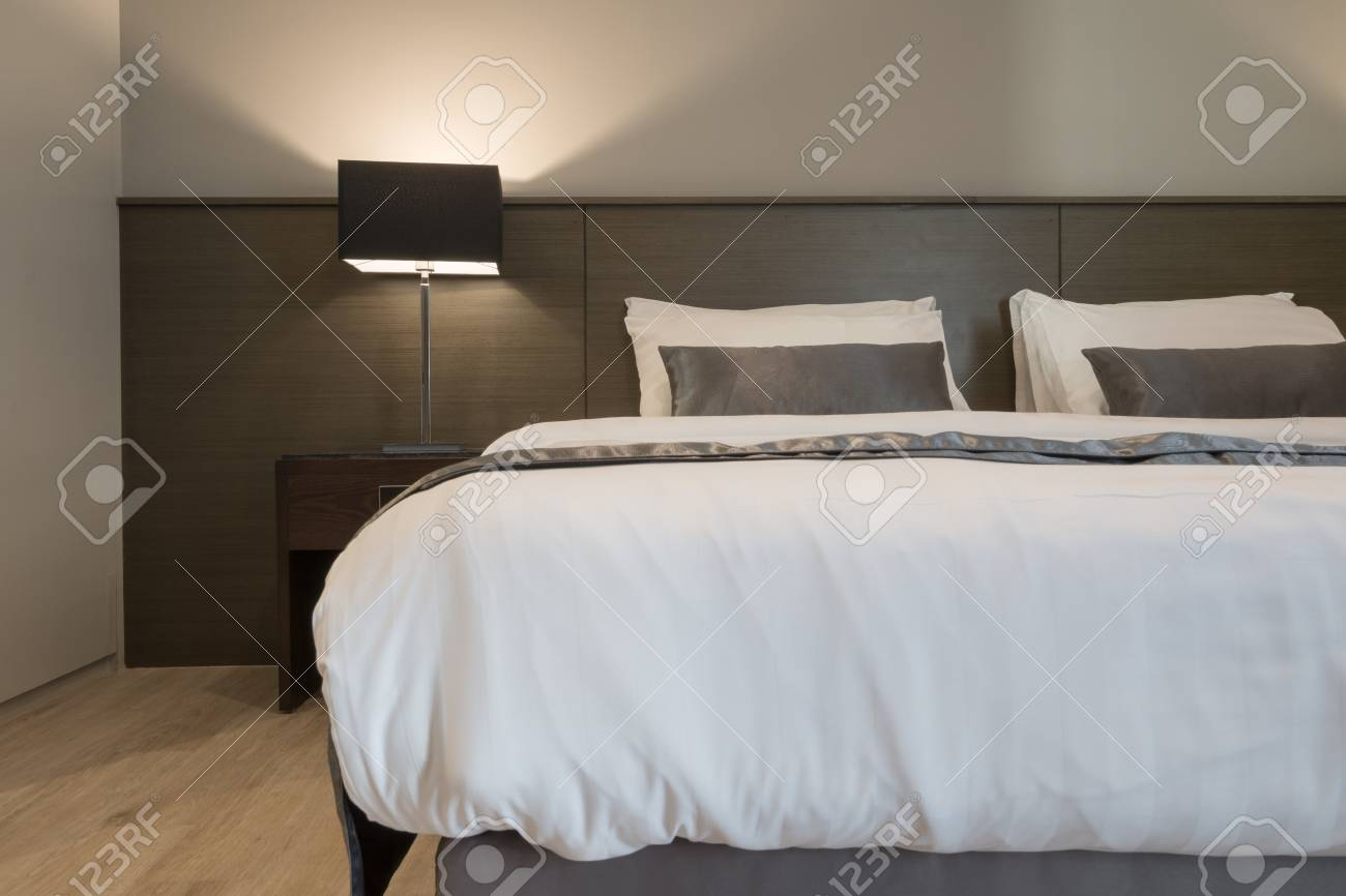 Weißes Und Graues Schlafzimmer Im Hotel Lizenzfreie Fotos, Bilder ...