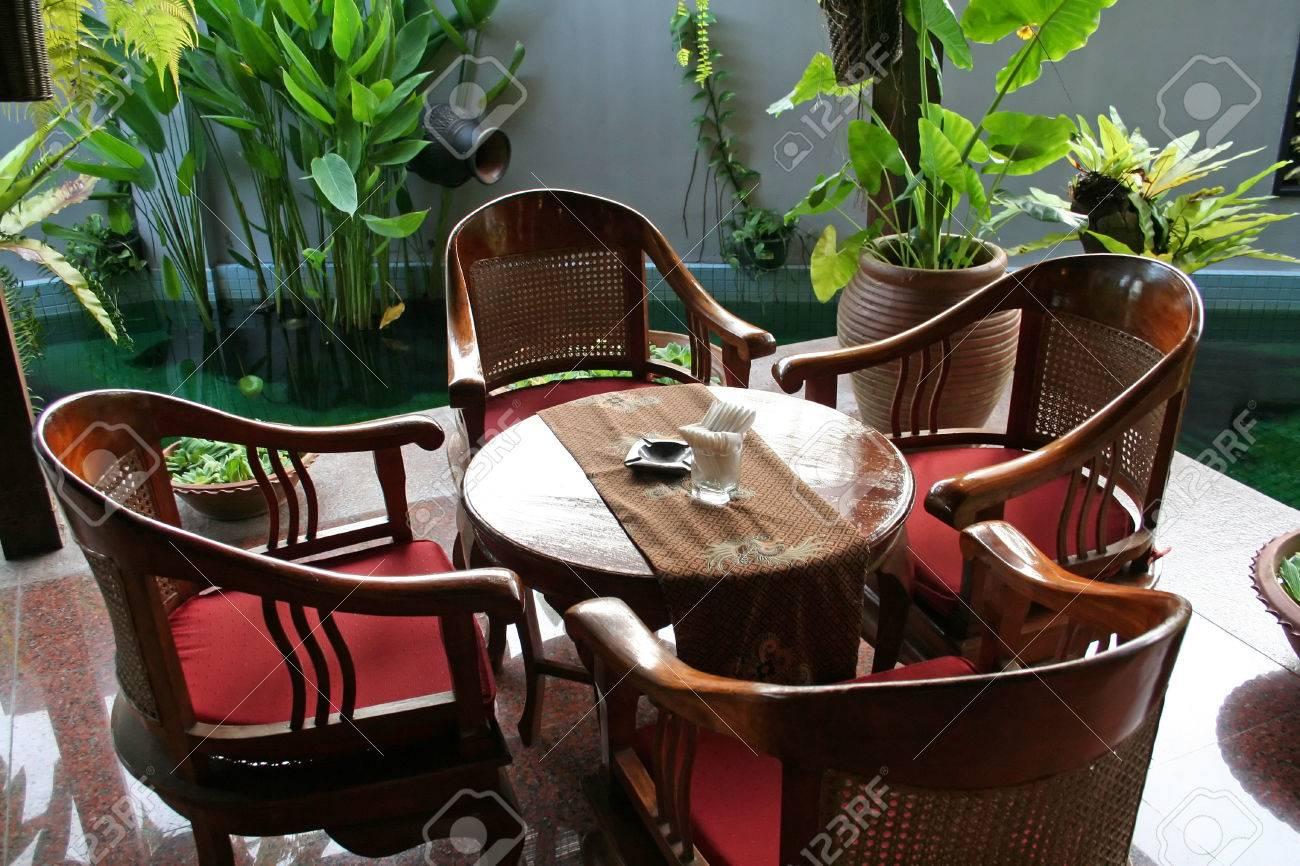 Houten tafel en stoelen in tropische balinese stijl royalty vrije ...