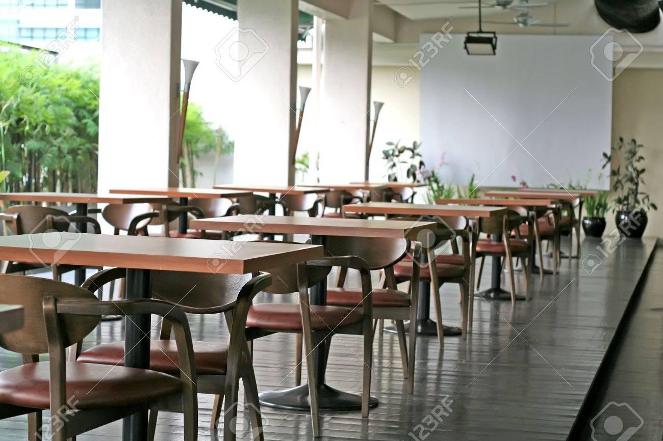 Bar ristorante all'aperto con tavoli e sedie foto royalty free ...