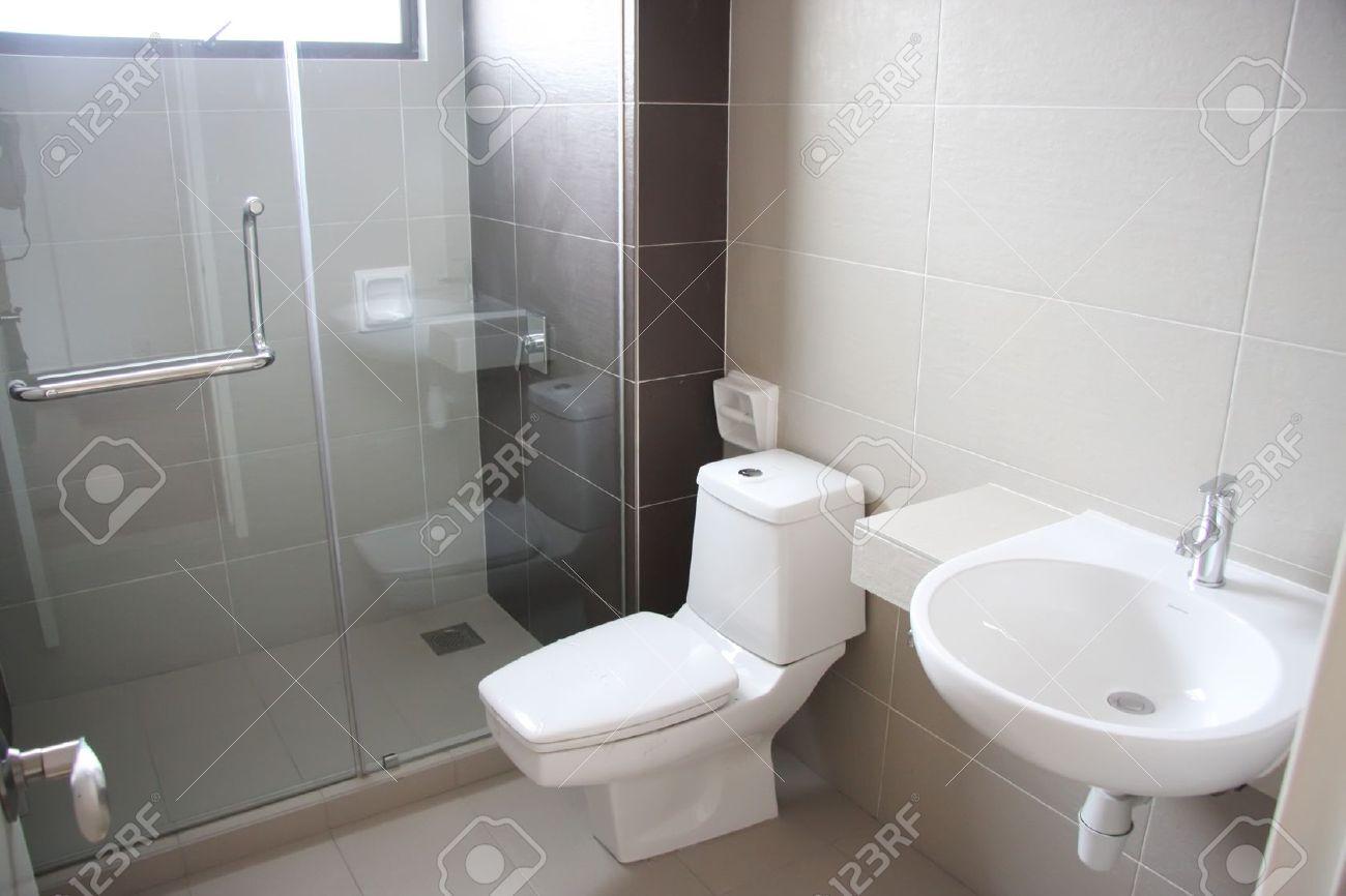Modern nettoyer l\'intérieur avec salle de bain WC en porcelaine blanche