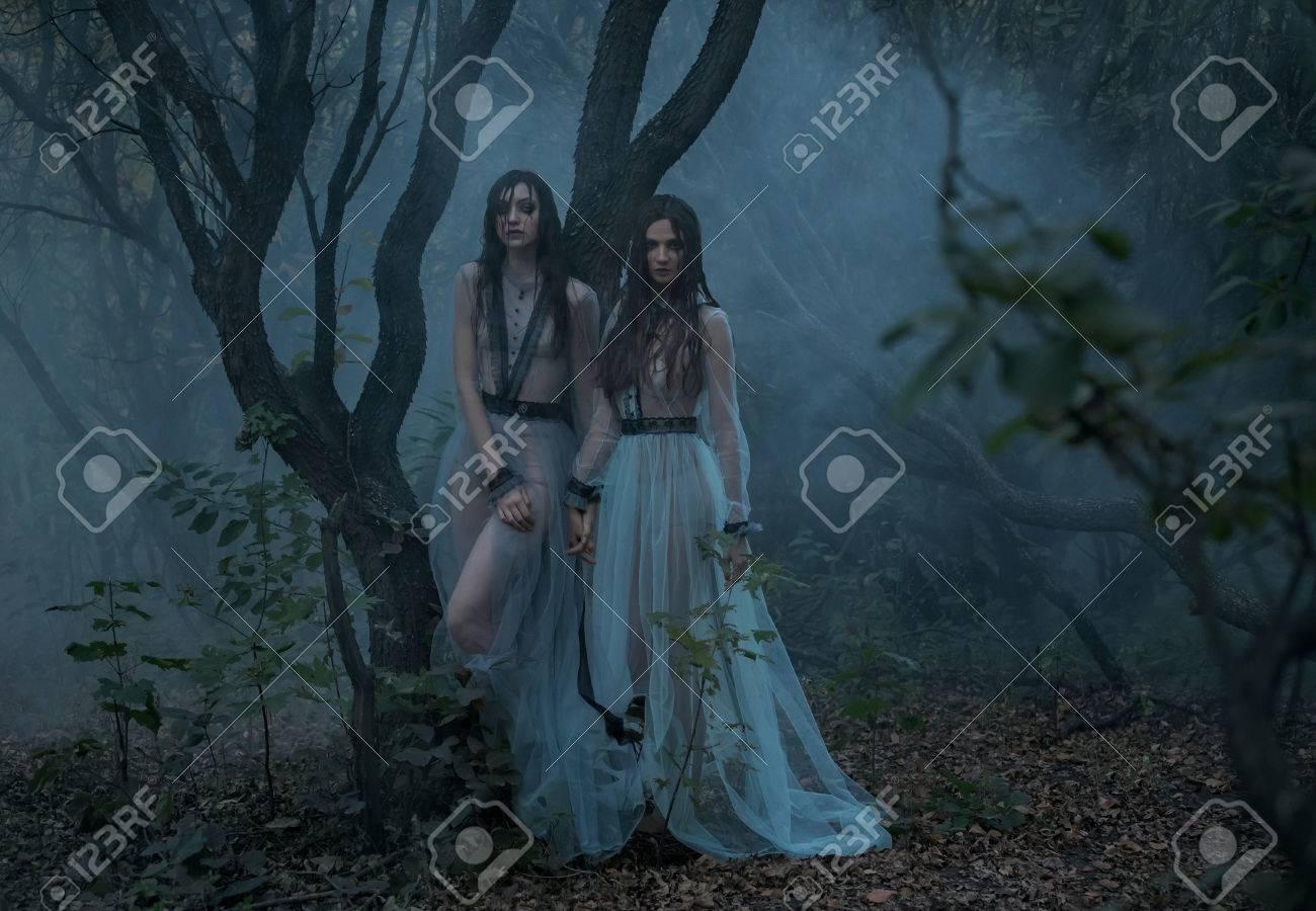 8a68ed06c Las Chicas Están Llorando. Las Jóvenes Con Vestidos Antiguos Caminando Por  El Bosque En Busca De Víctimas. Bosque De Niebla