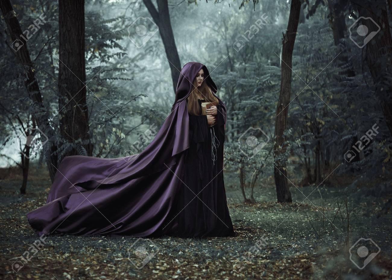 En La Víspera De La Bruja De Halloween Lanza Un Hechizo, Decidido ...