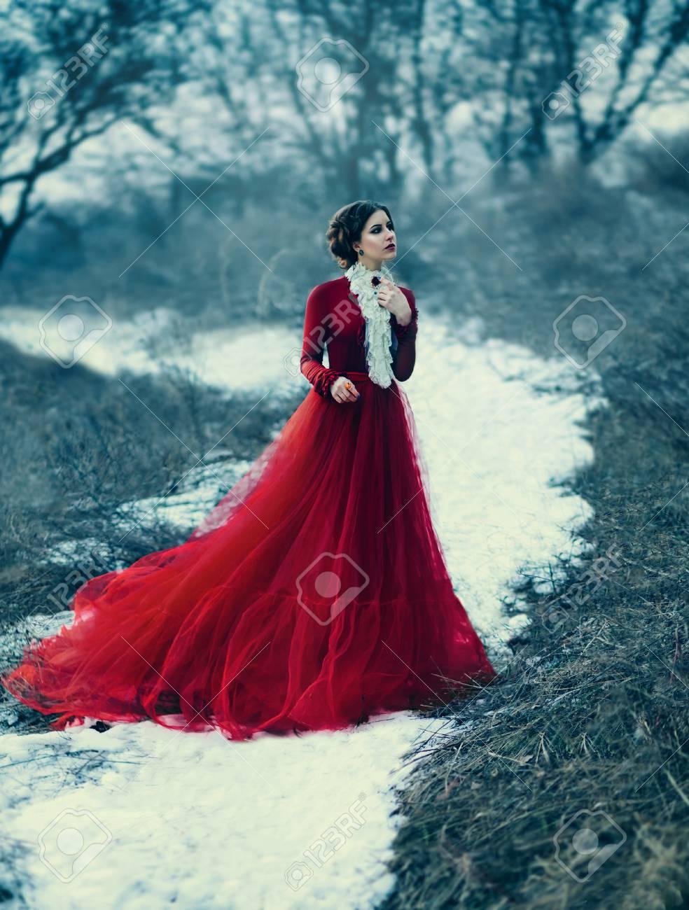 Linda Chica En Vestido Rojo De Lujo Tonificación De Moda