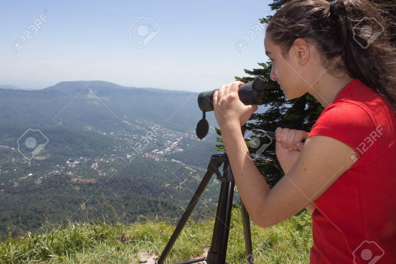 Traveller sucht die natur vom hochgebirge mit spektiv fernglas