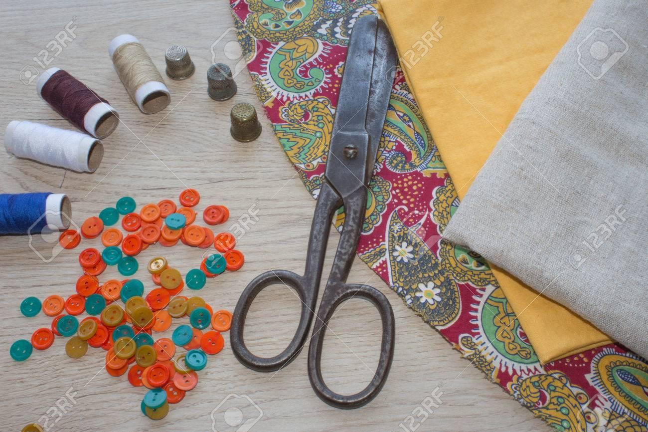 Schere Und Nähzeug Umfasst Fäden In Verschiedenen Farben, Fingerhut ...