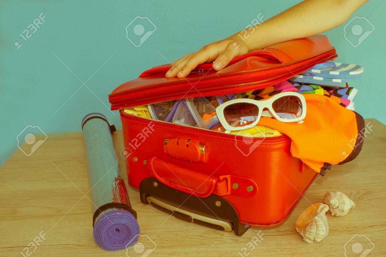 Geöffneter Reisendkasten Koffer Auf Tabelle Frau Die Kleidung In