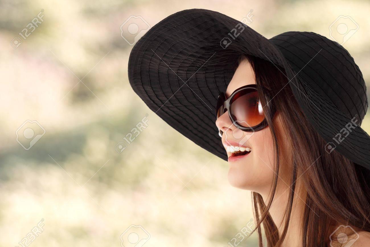 19fc79f8d6 Chica adolescente de verano alegre en Panamá y gafas de sol sobre fondo de  naturaleza Foto