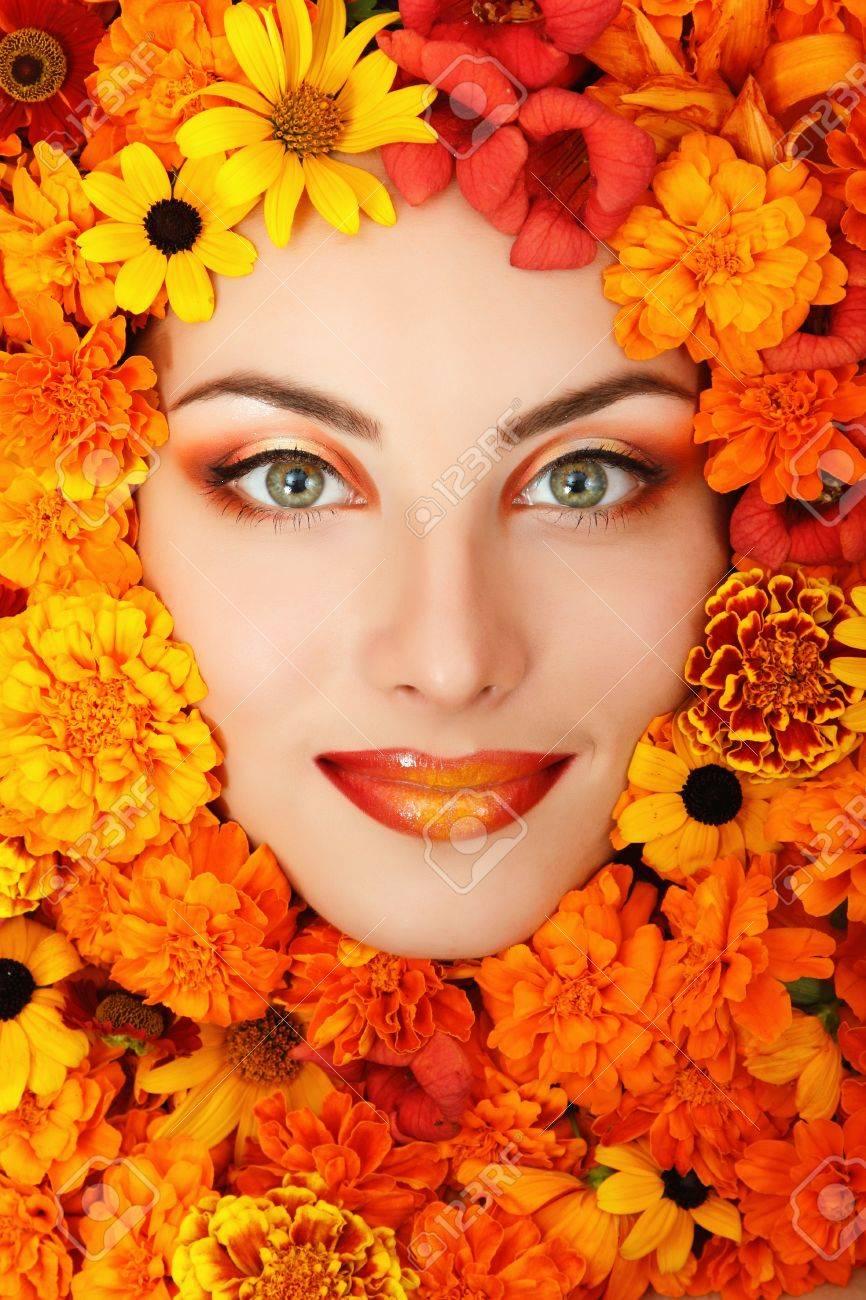 Frau Schönheit Gesicht Mit Orangen Blüten Rahmen Lizenzfreie Fotos ...