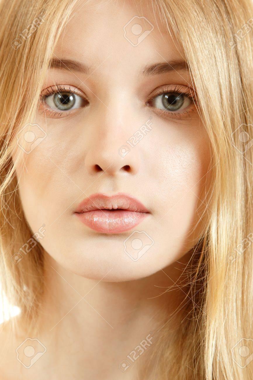 Disegniamo - Pagina 5 14795560-Bella-ragazza-faccia-closeup-modello-con-lunghi-capelli-biondi-Archivio-Fotografico