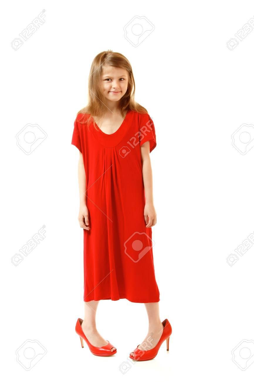 21b45684fdf5bf Stockfoto - Weinig mode meisje in de moeder rode jurk en schoen is op hoge  hakken