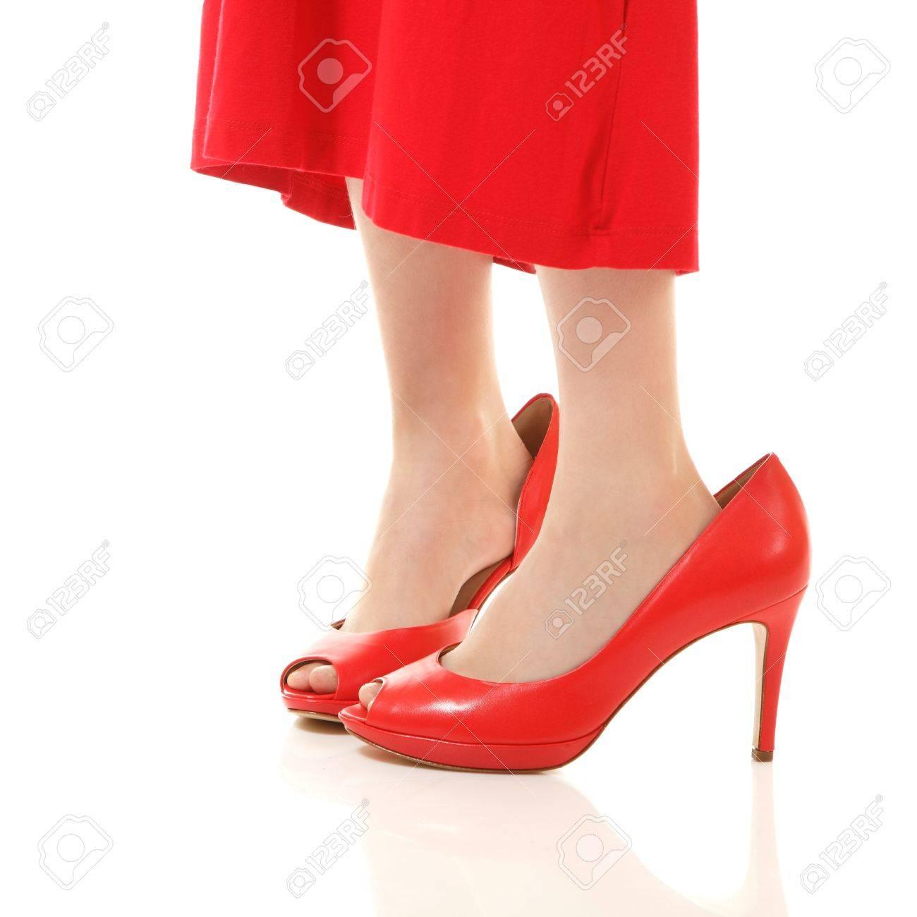 9abf655b269172 Stockfoto - Weinig mode meisje in moeder rode jurk en schoenen is op hoge  hakken