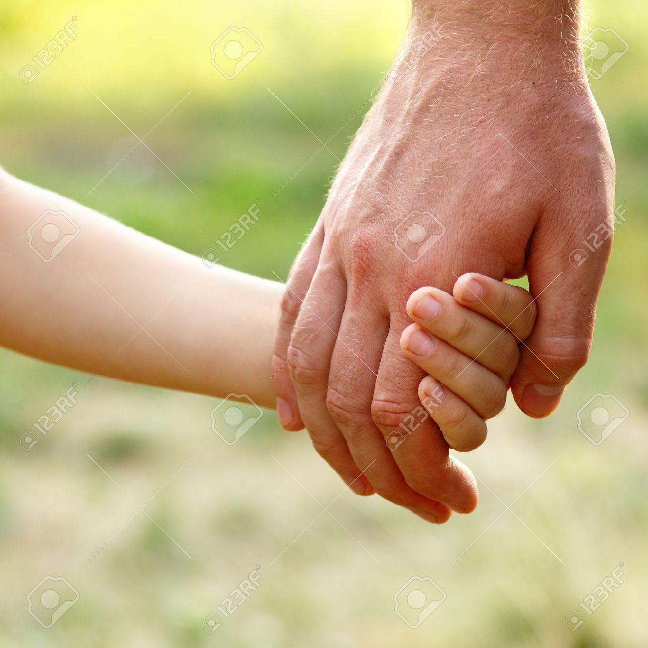 Main Du Père Mener Son Fils Enfant En été Forêt Nature En Plein ...