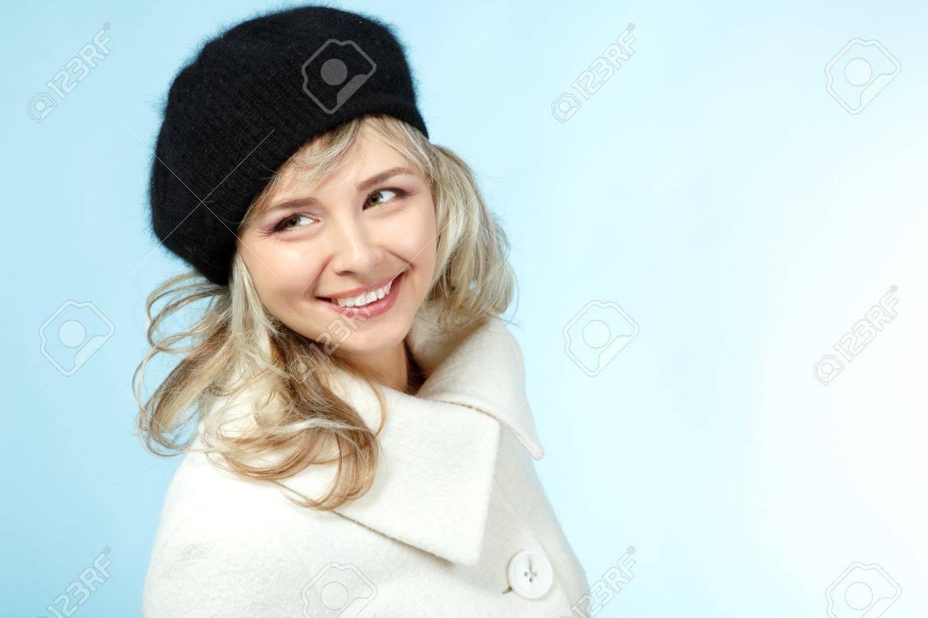 Metà degli adulti donna sorridente felice inverno ritratto, attraente Caucasian centrale invecchiato 40 anni donna in cappotto e cappello blu