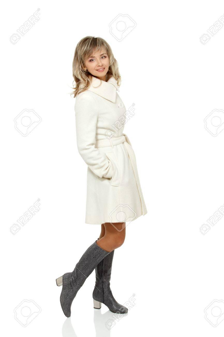 Ritratto a figura intera di stagione della metà degli adulti donna, attraente caucasico 40 anni donna in cappotto su bianco