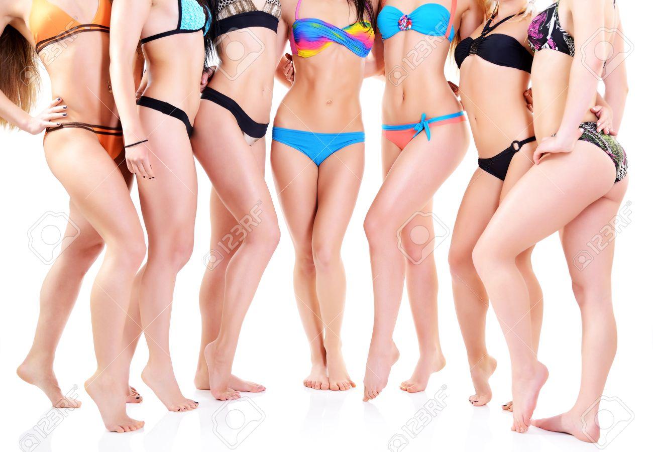 Baño Mujeres Caucásicos Jóvenes Traje Blanco En Atractivas BikiniSiete De Grupo Chicas w0OPnk