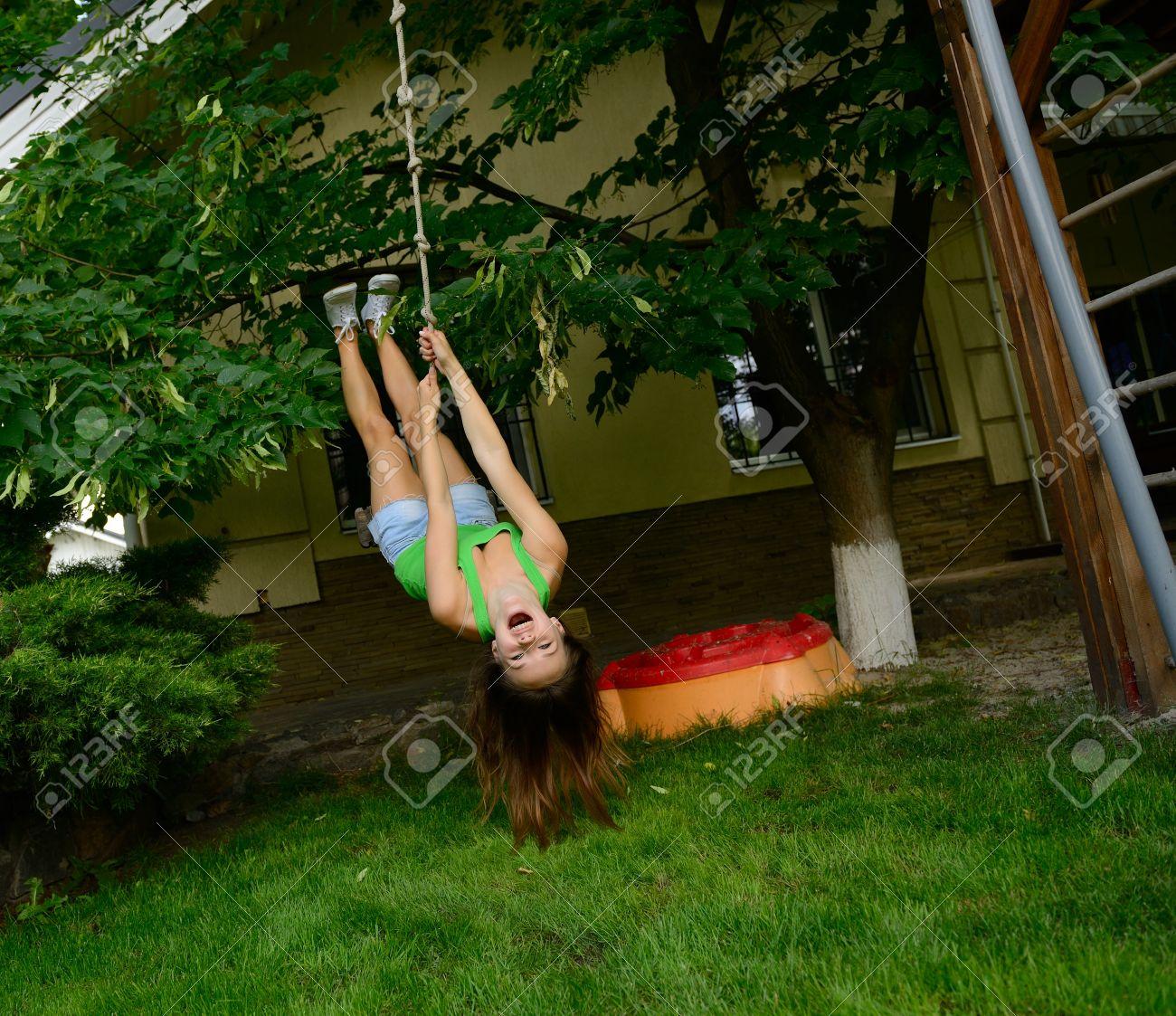 Chica Adolescente Feliz, Emocionada En Un Columpio Al Revés, El ...