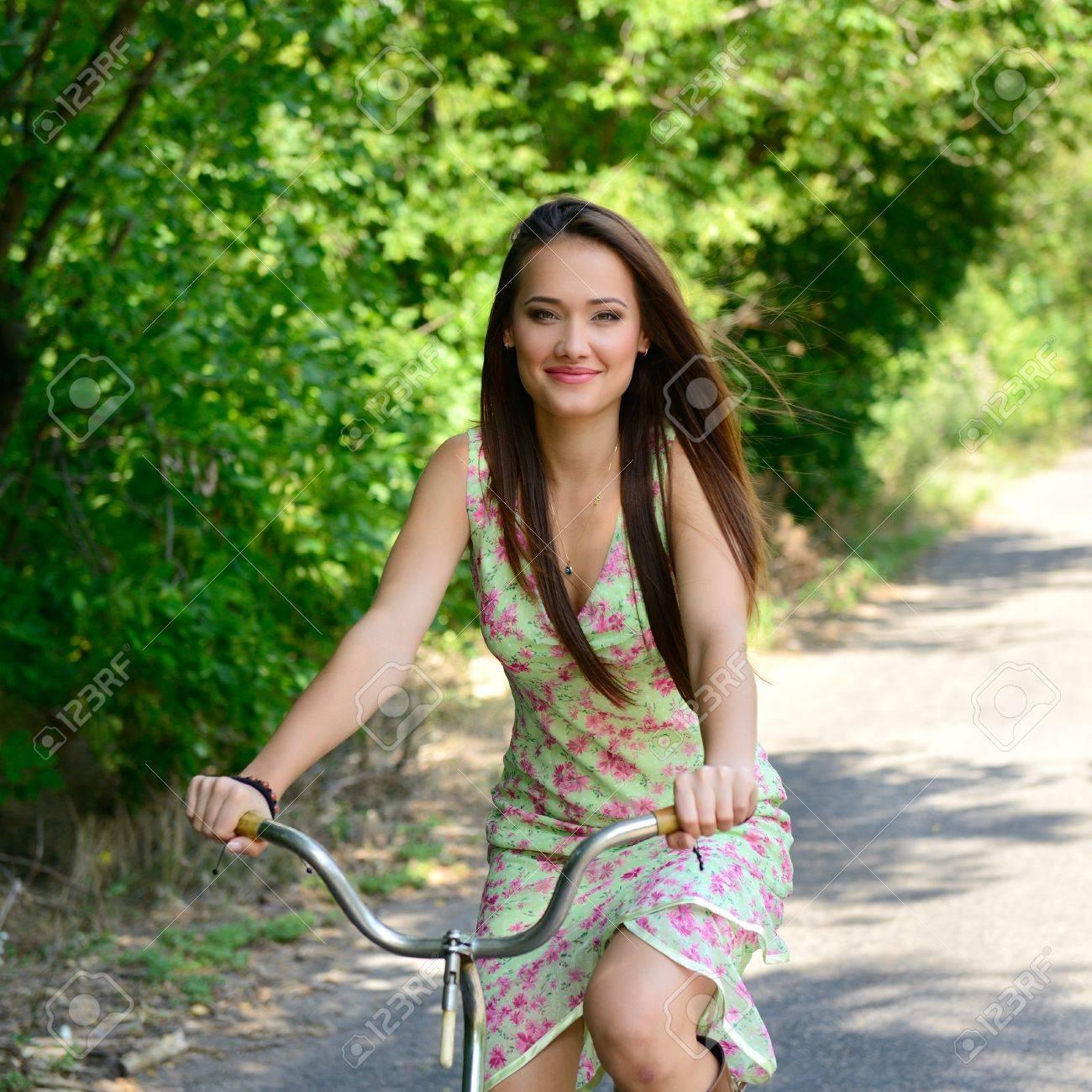 0a3a63a18d34 Glückliche junge schöne Frau mit retro Fahrrad, im Sommer im Freien  Standard-Bild -