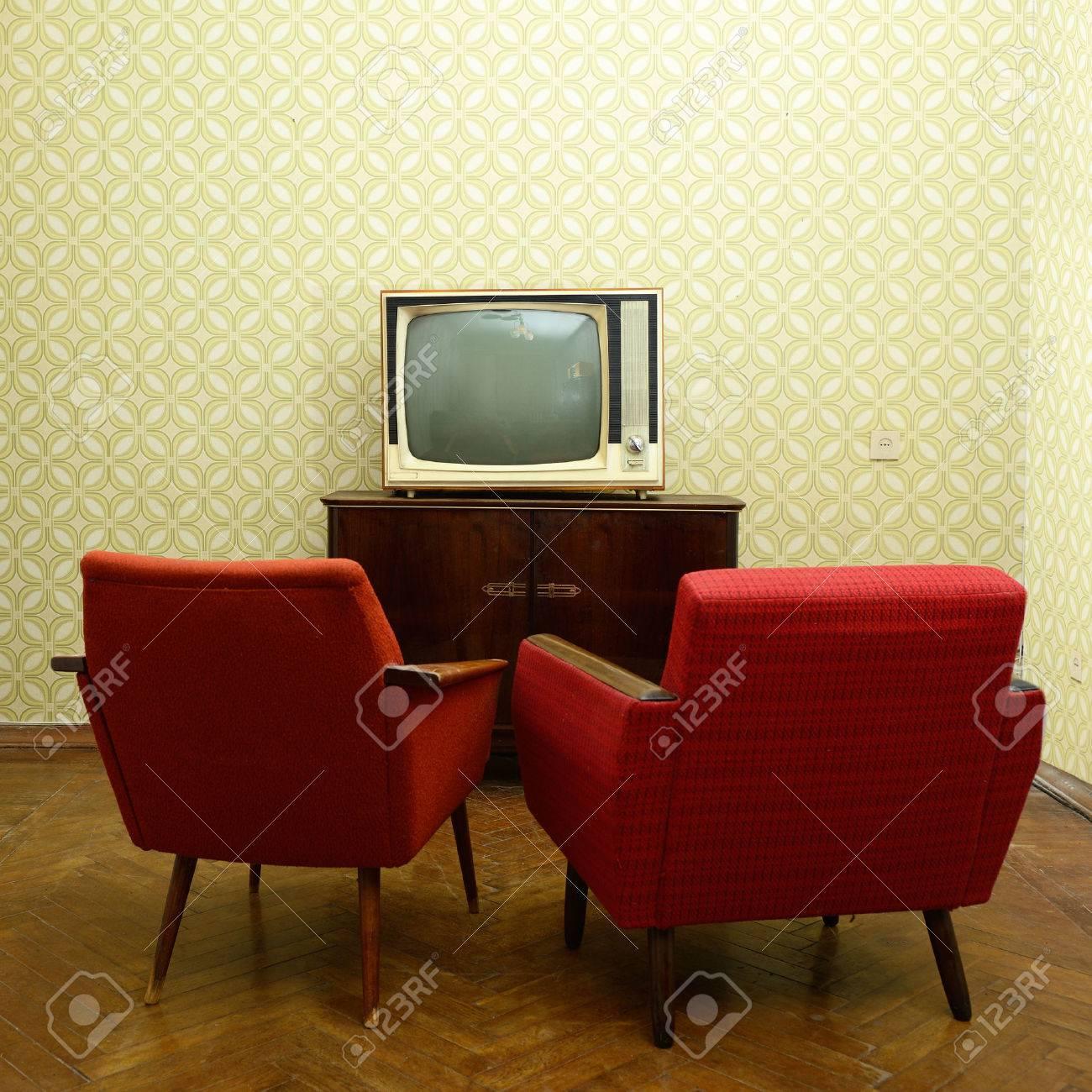 Stanza dell\'annata con due vecchie poltrone stile e retrò tvover carta da  parati obsoleti