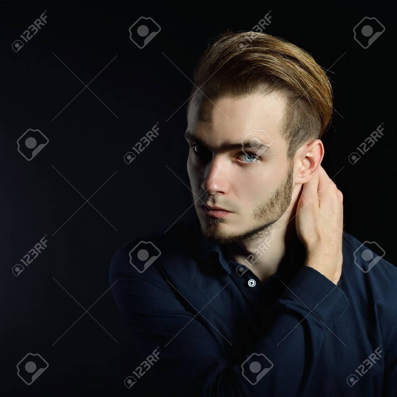 Blonde haare blaue augen mann