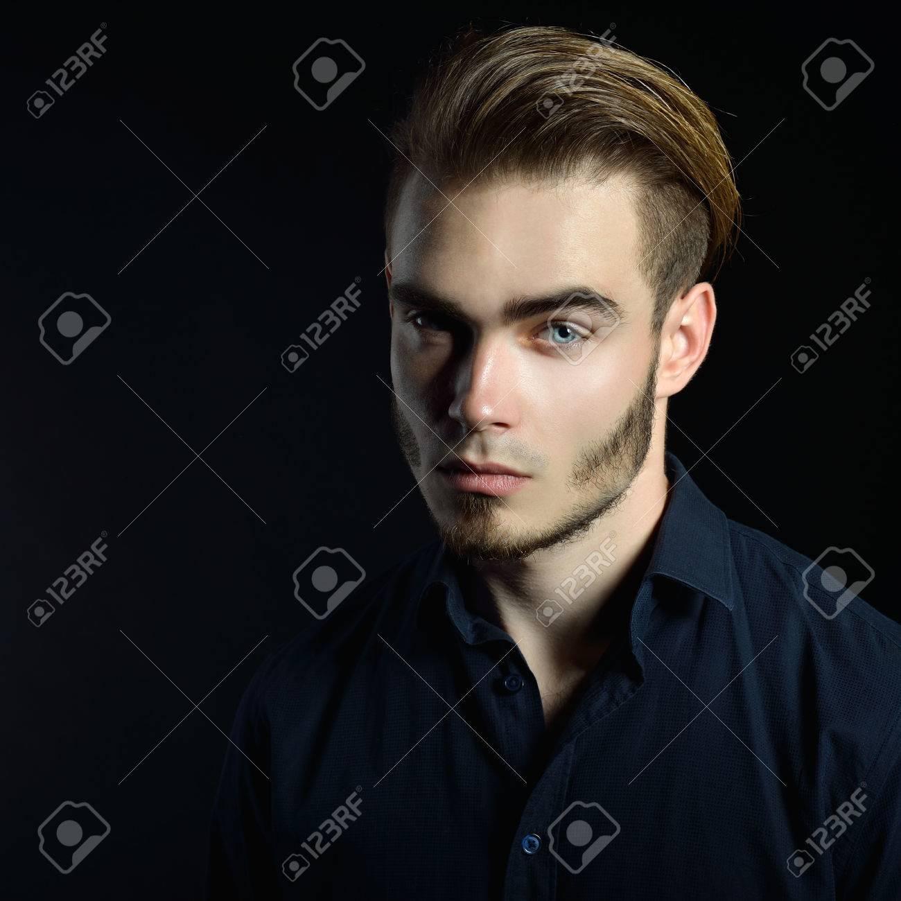 Portrait Der Schönen Reizvollen Jungen Mann Mit Blauen Augen Und