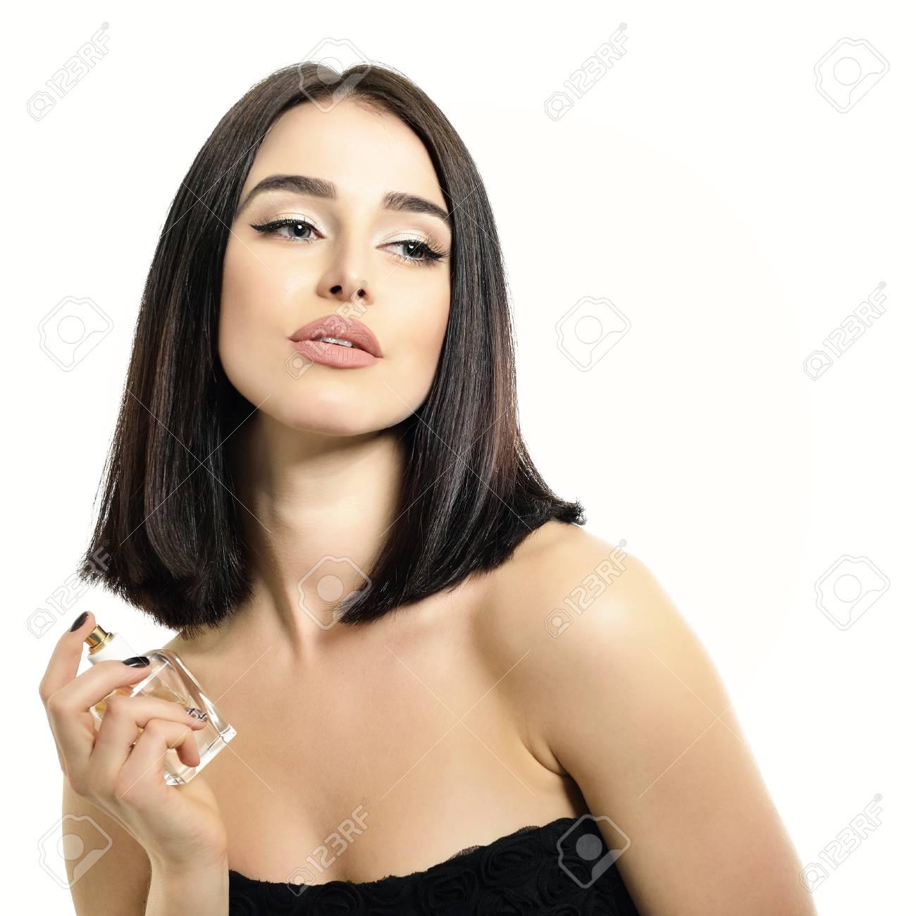 Dame ParfumJeune Bouteille Sentir Blanc Parfum Femme L'arôme Fond Portrait Belle Tenant Du Et Avec De Sur tsrQdhC