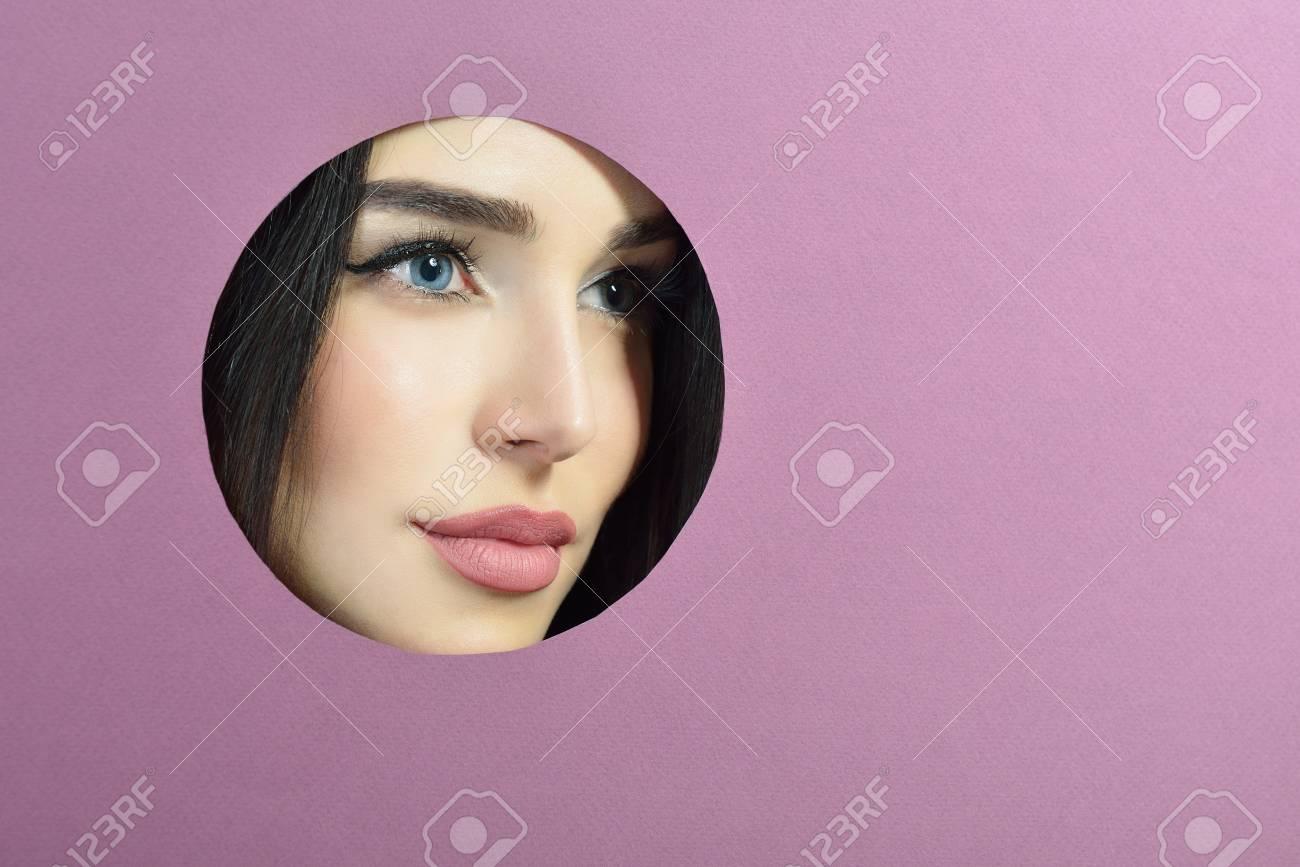 Schönheit Weibliches Portait. Junge Schöne Frau In Lila Papier Aus ...