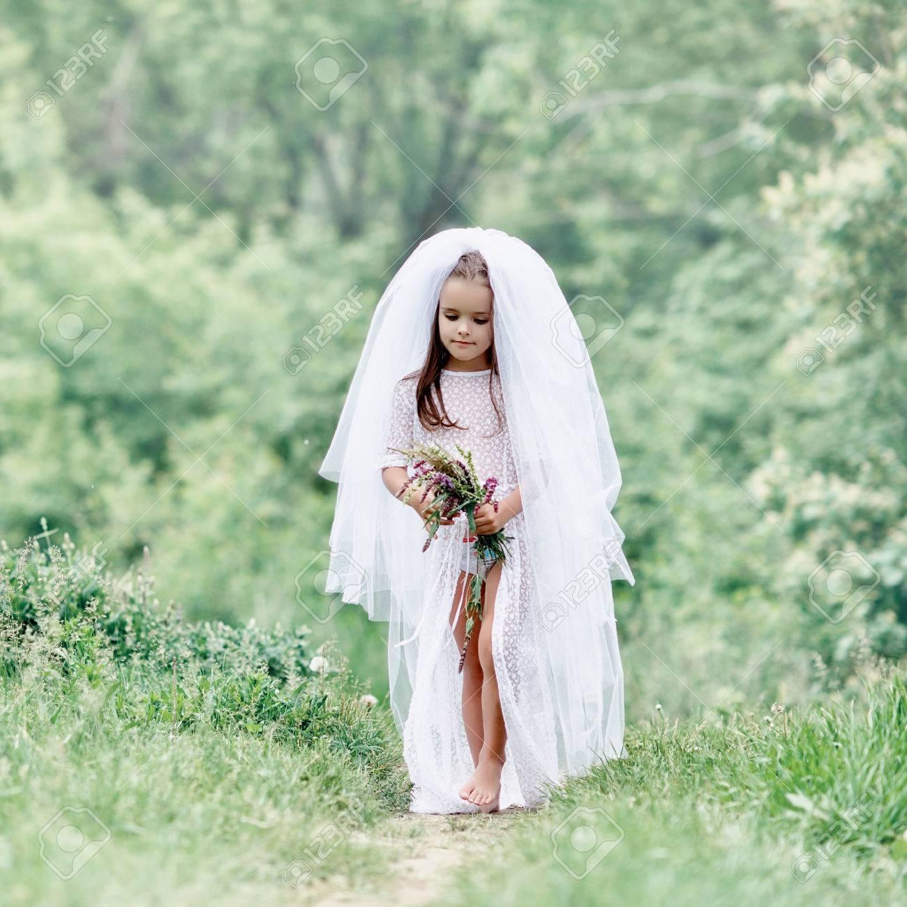Junge Braut Spielen Hochzeit Sommer Im Freien, Jungvermählten ...