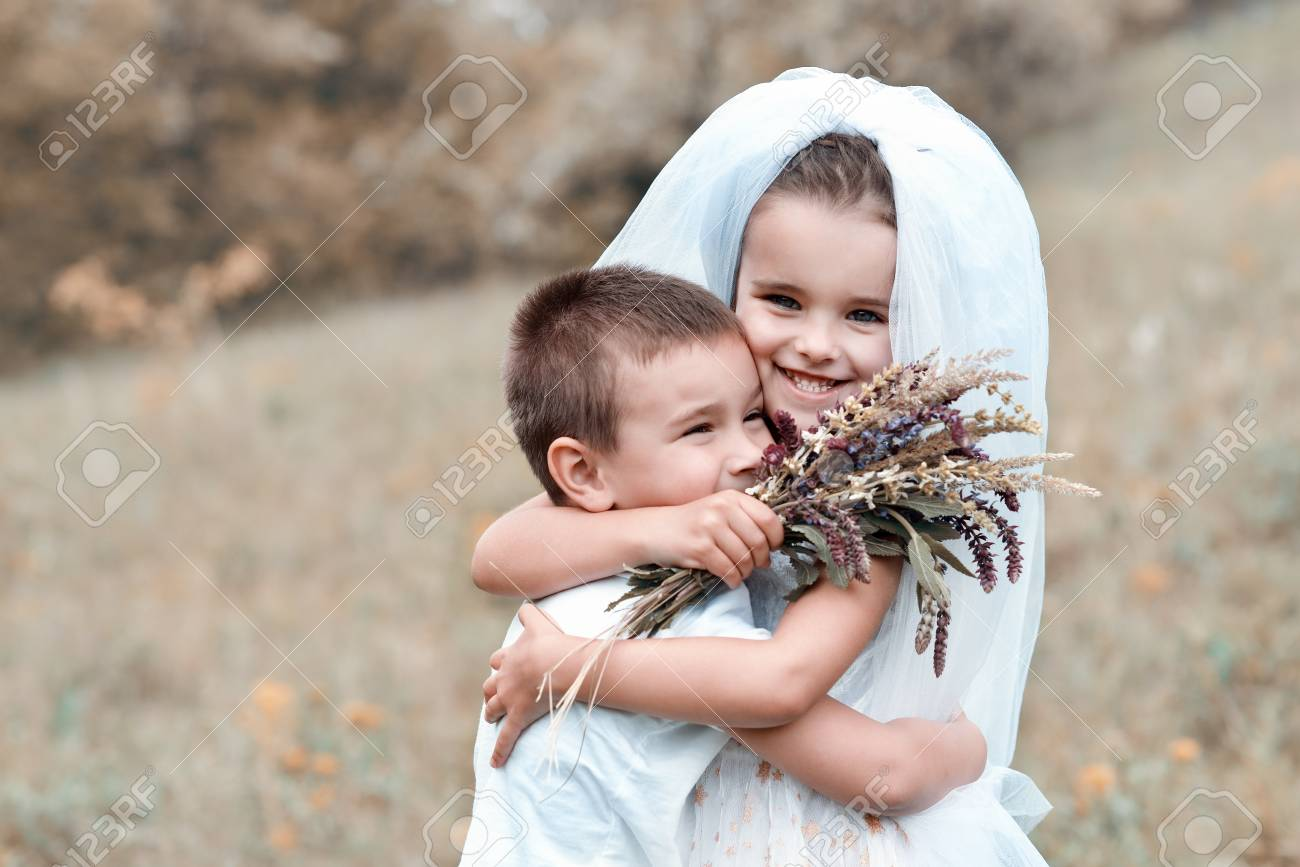 Junge Braut Und Bräutigam Spielen Hochzeit Sommer Im Freien. Kinder ...
