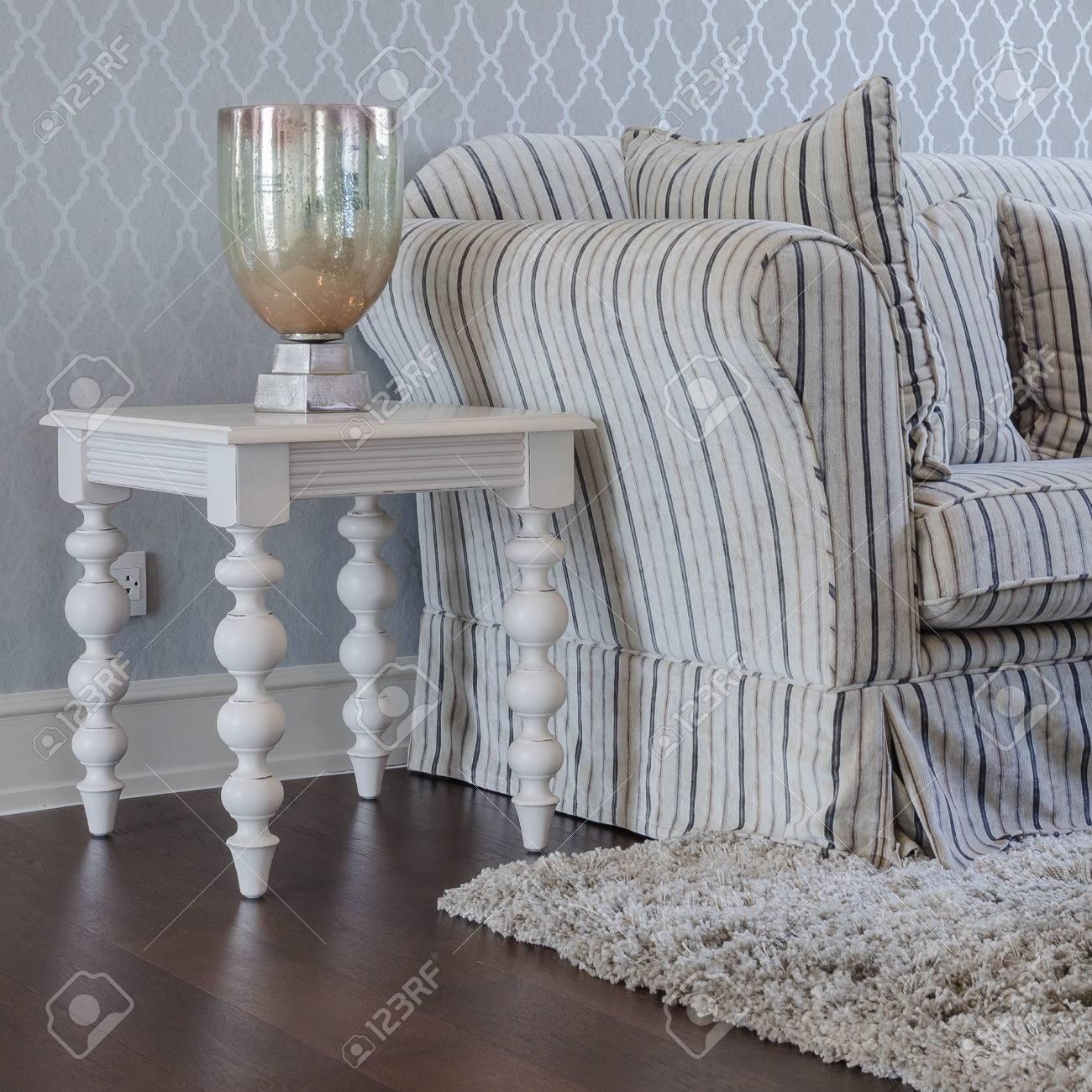 Canapé classique de blanc table en bois dans le luxe salon à la maison