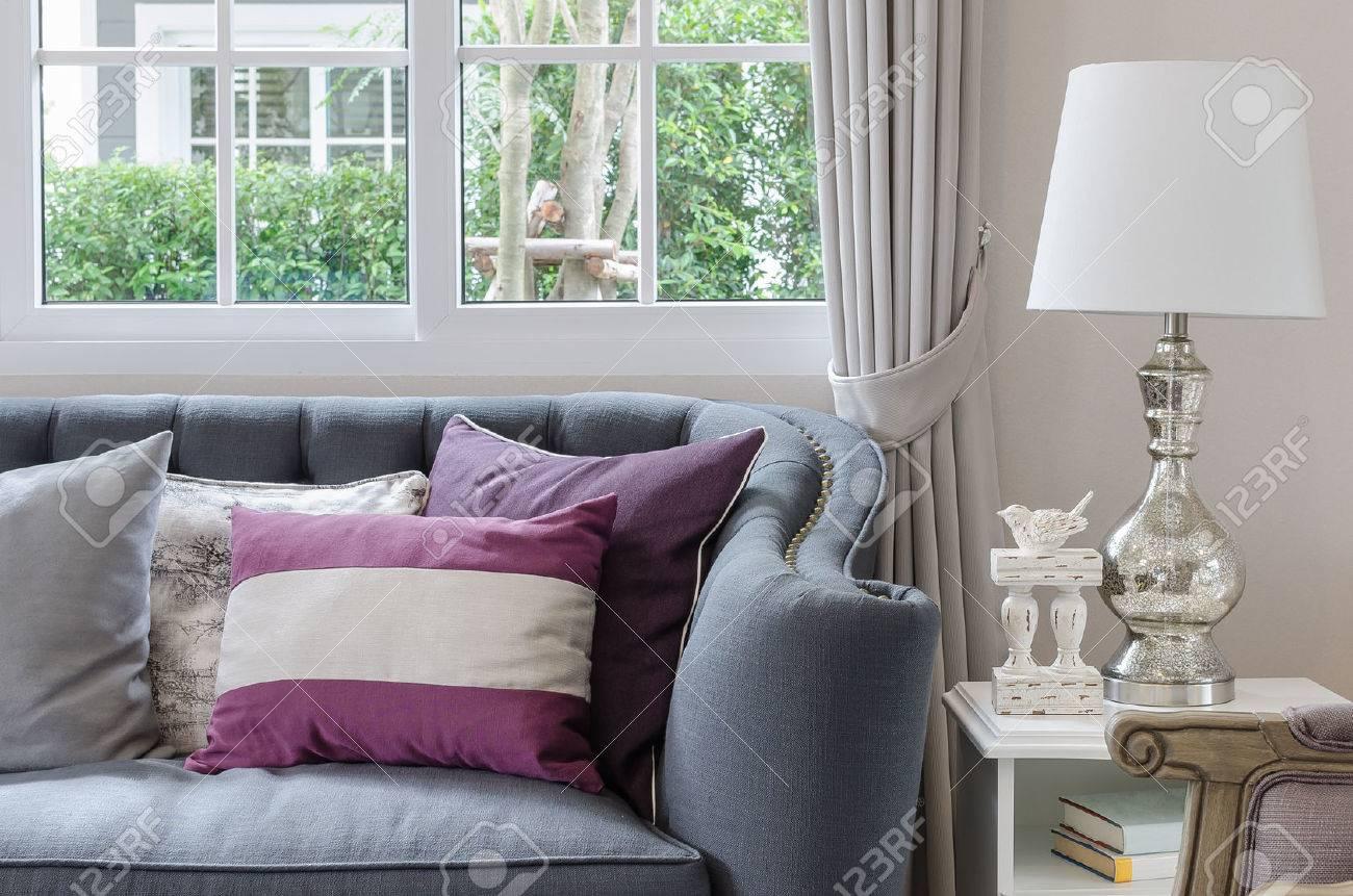 Luxe woonkamer design met een bank en lamp op tafel thuis royalty ...