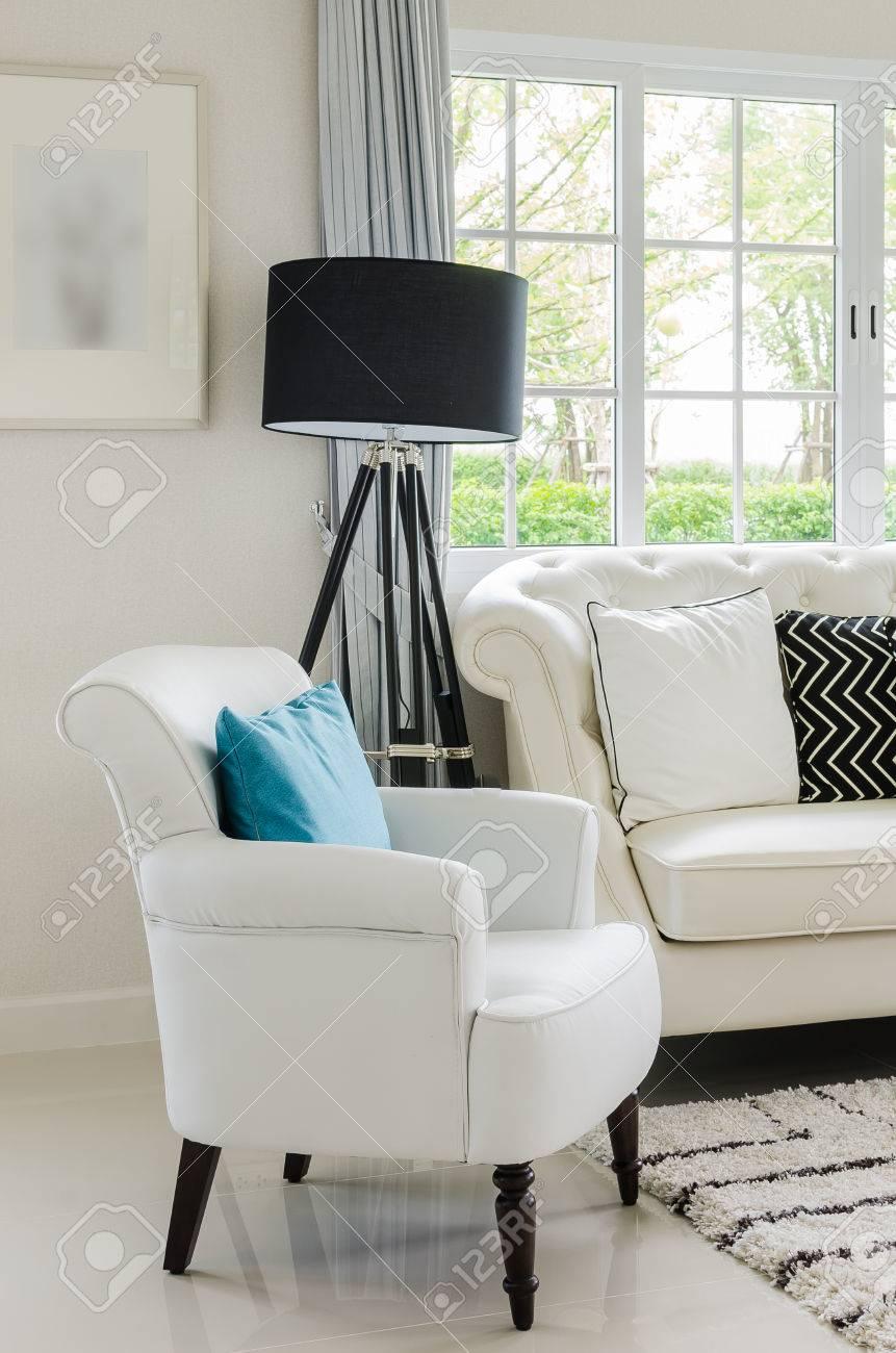 Luxe witte stoel in de woonkamer met thuis royalty vrije foto ...