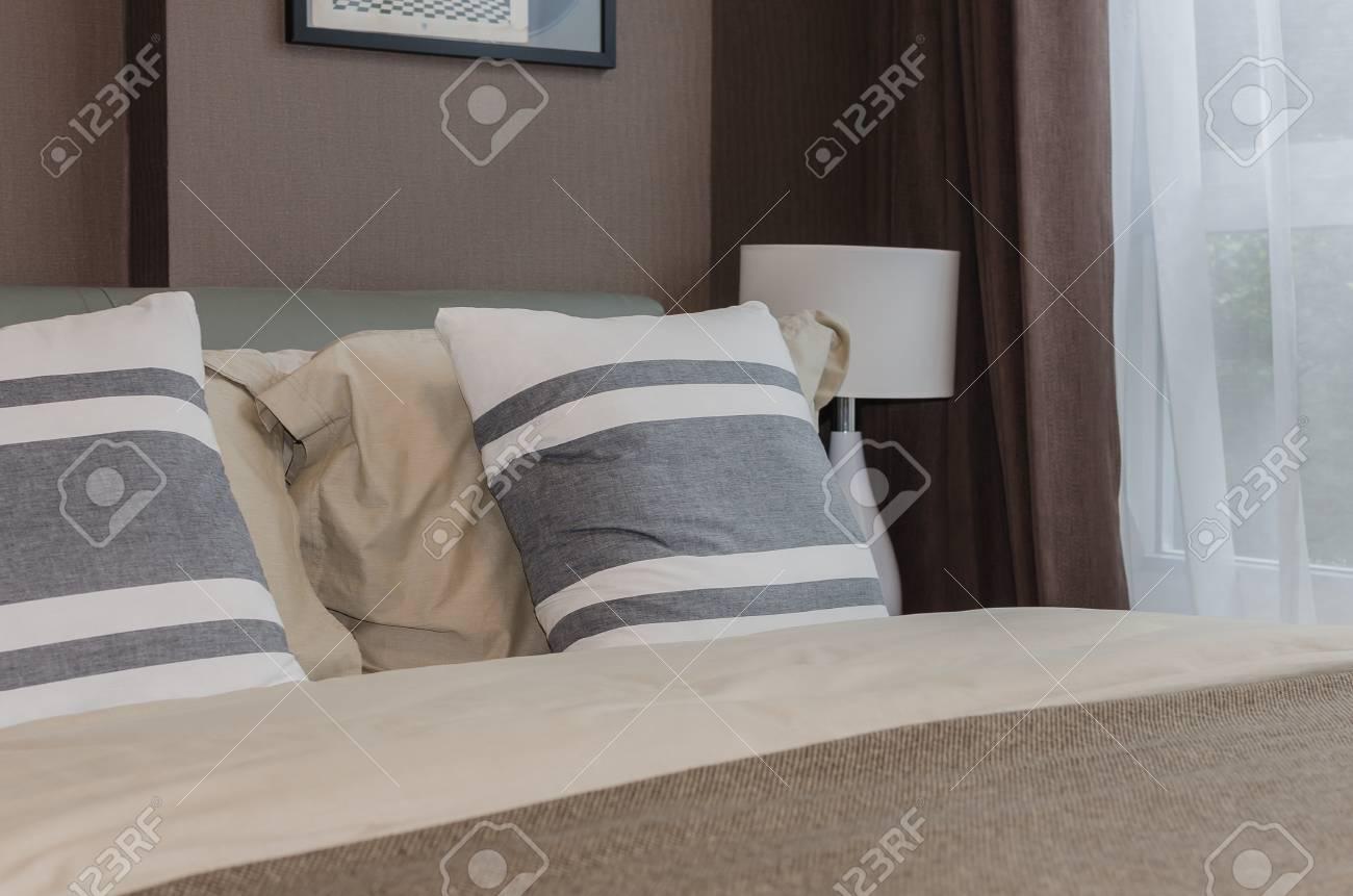 Papier Peint Chambre Moderne conception de chambre à coucher moderne avec papier peint marron à la maison