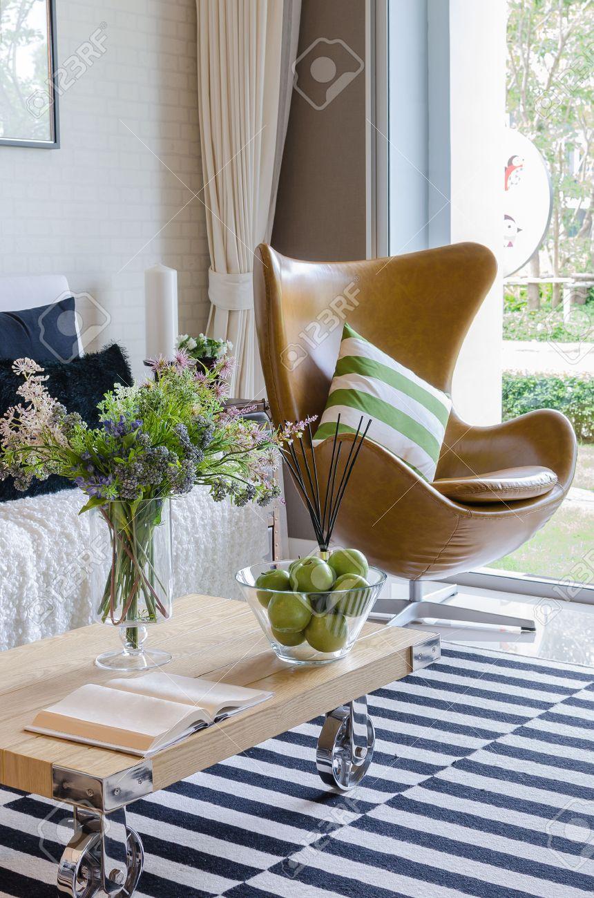 Soggiorno moderno con piante in vaso sul tavolo in legno foto ...