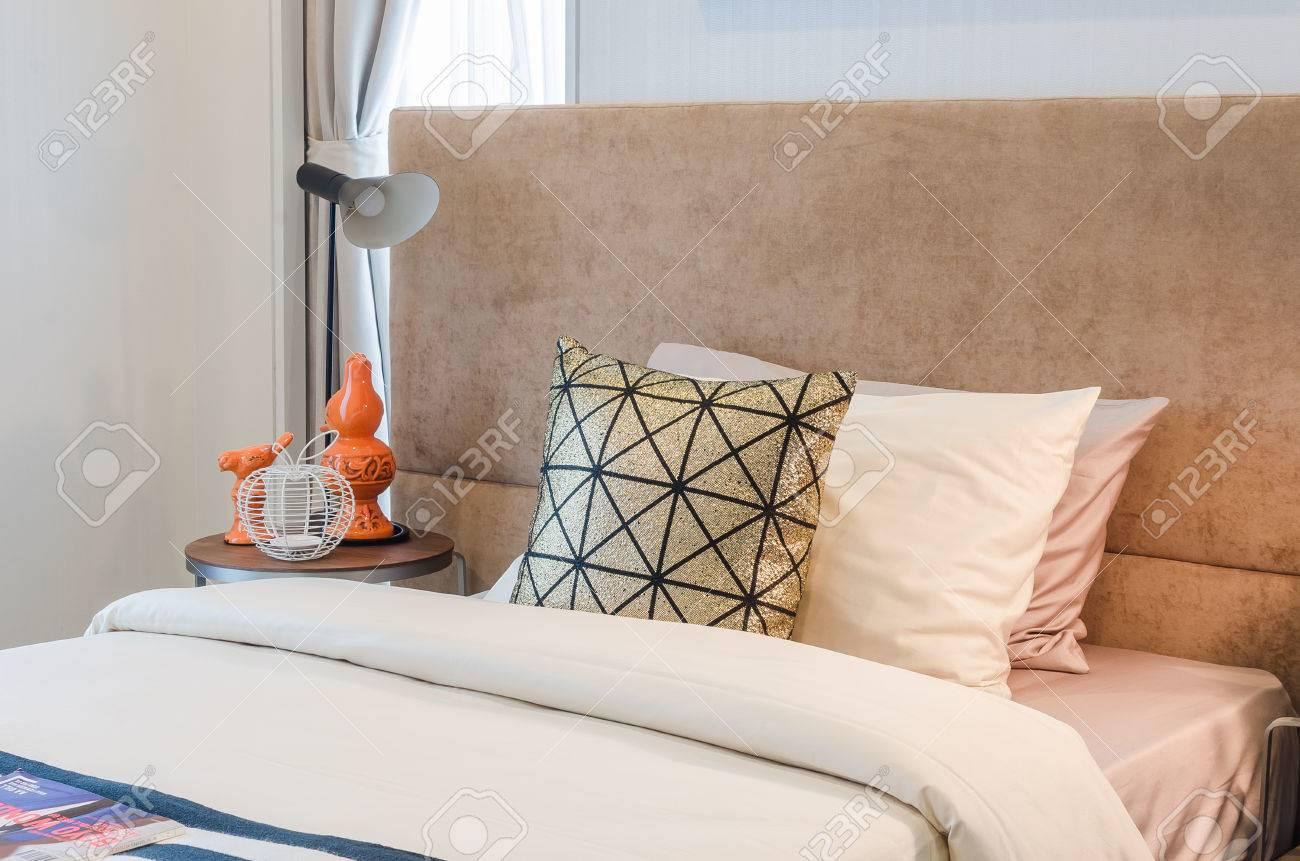 letto singolo con cuscini in camera da letto a casa foto royalty ... - Cuscini Camera Da Letto