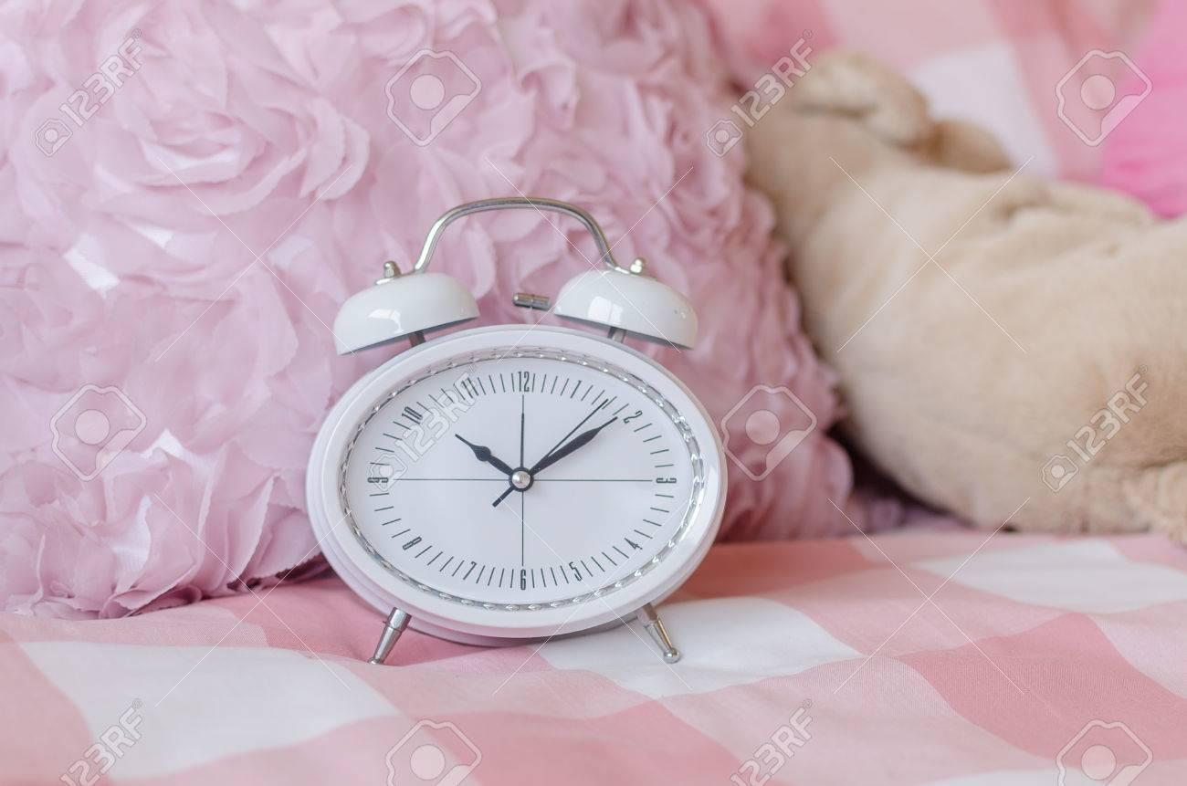 Blanc Réveil Moderne Sur Le Lit Dans La Chambre Rose Banque D\'Images ...