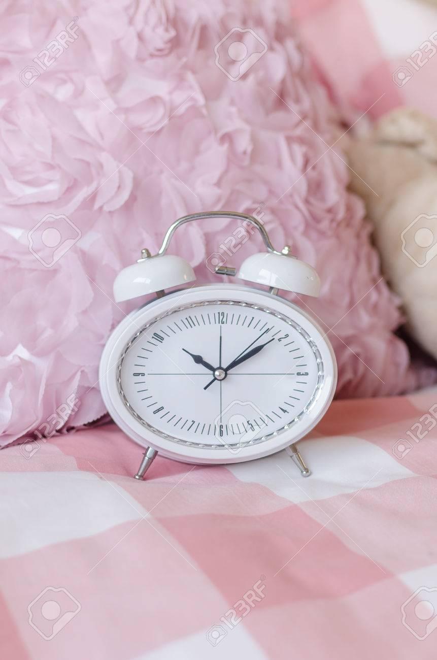 Blanc réveil moderne sur le lit dans la chambre rose banque d ...